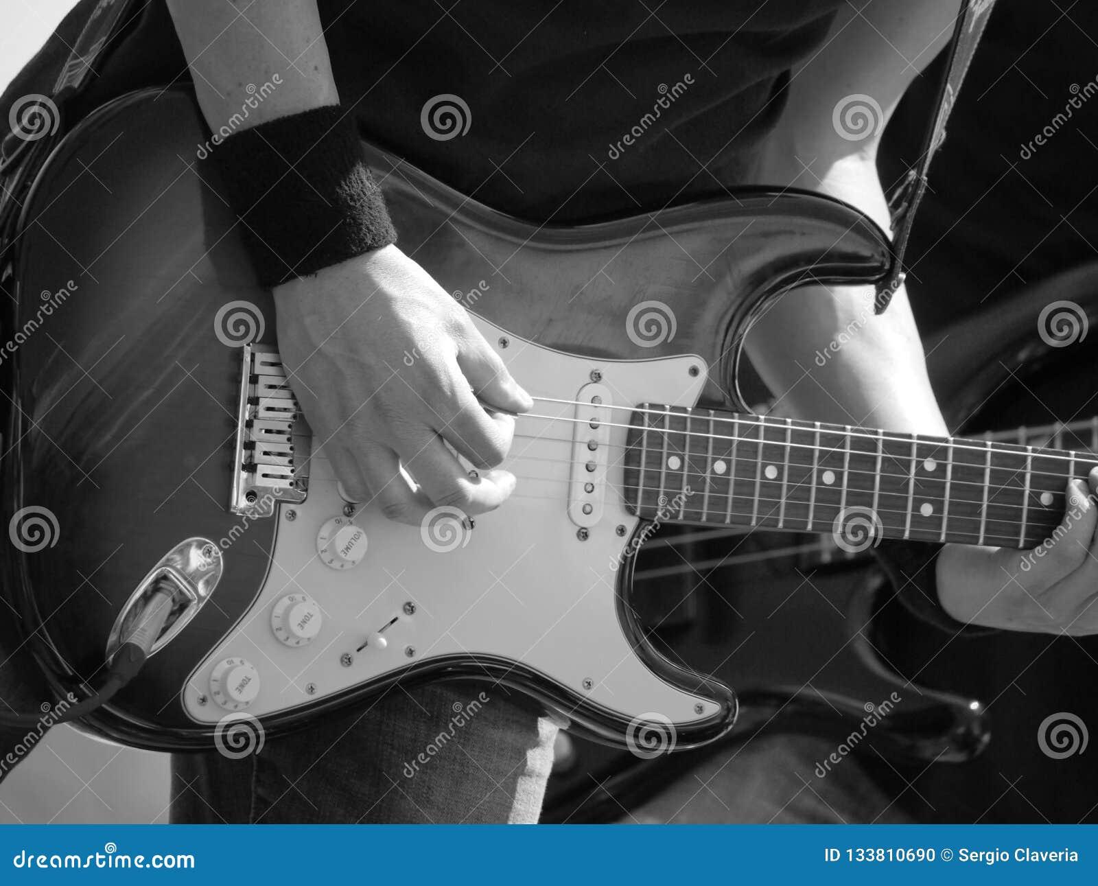 阶段的吉他弹奏者