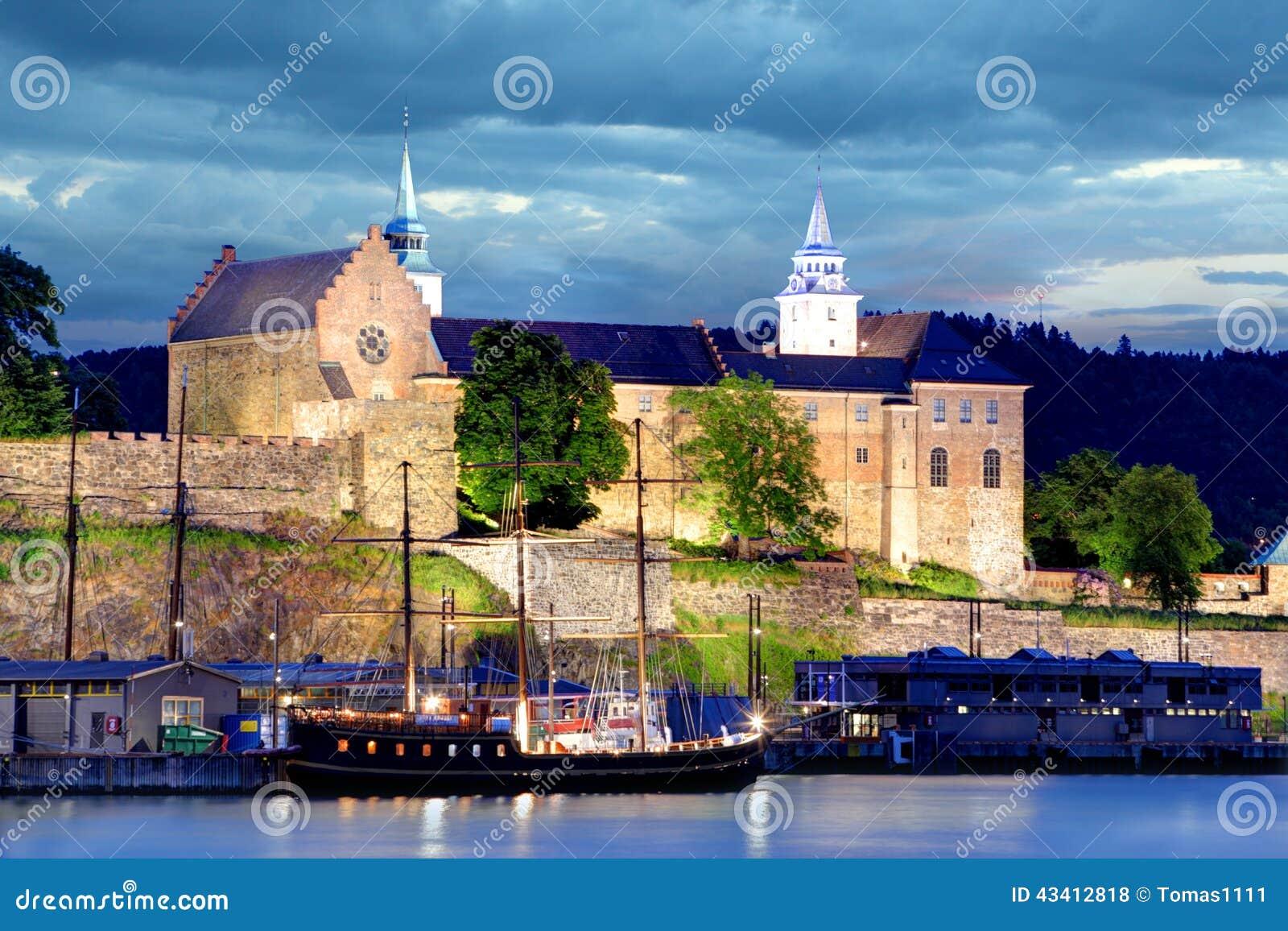 阿克什胡斯堡垒在晚上,奥斯陆,挪威