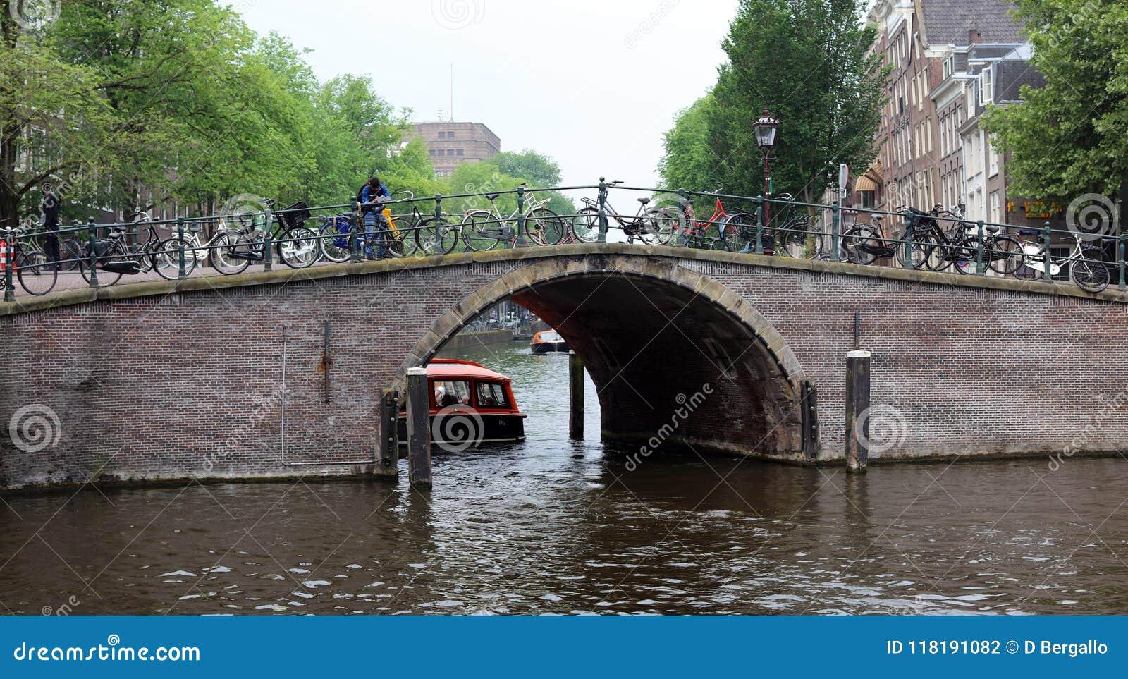 阿姆斯特丹、荷兰、城市运河、小船、桥梁和街道 独特的美丽和狂放的欧洲城市