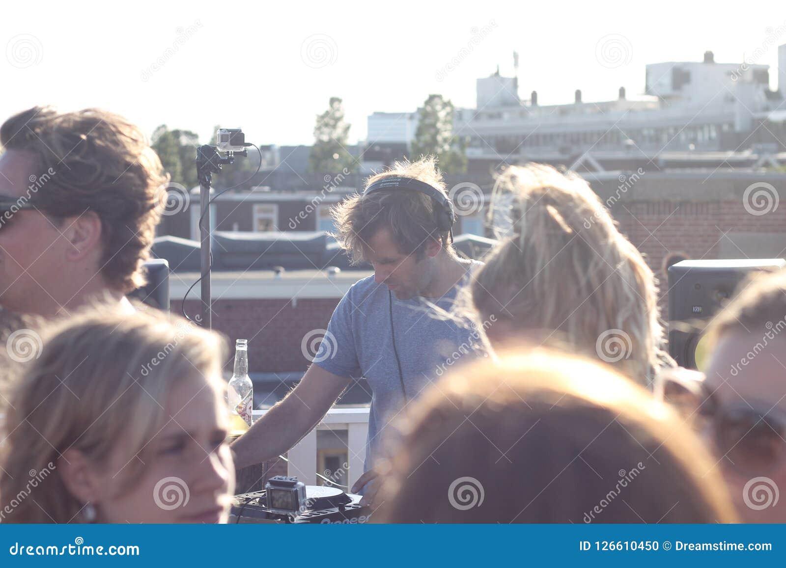 阿姆斯特丹与DJ集合的屋顶党