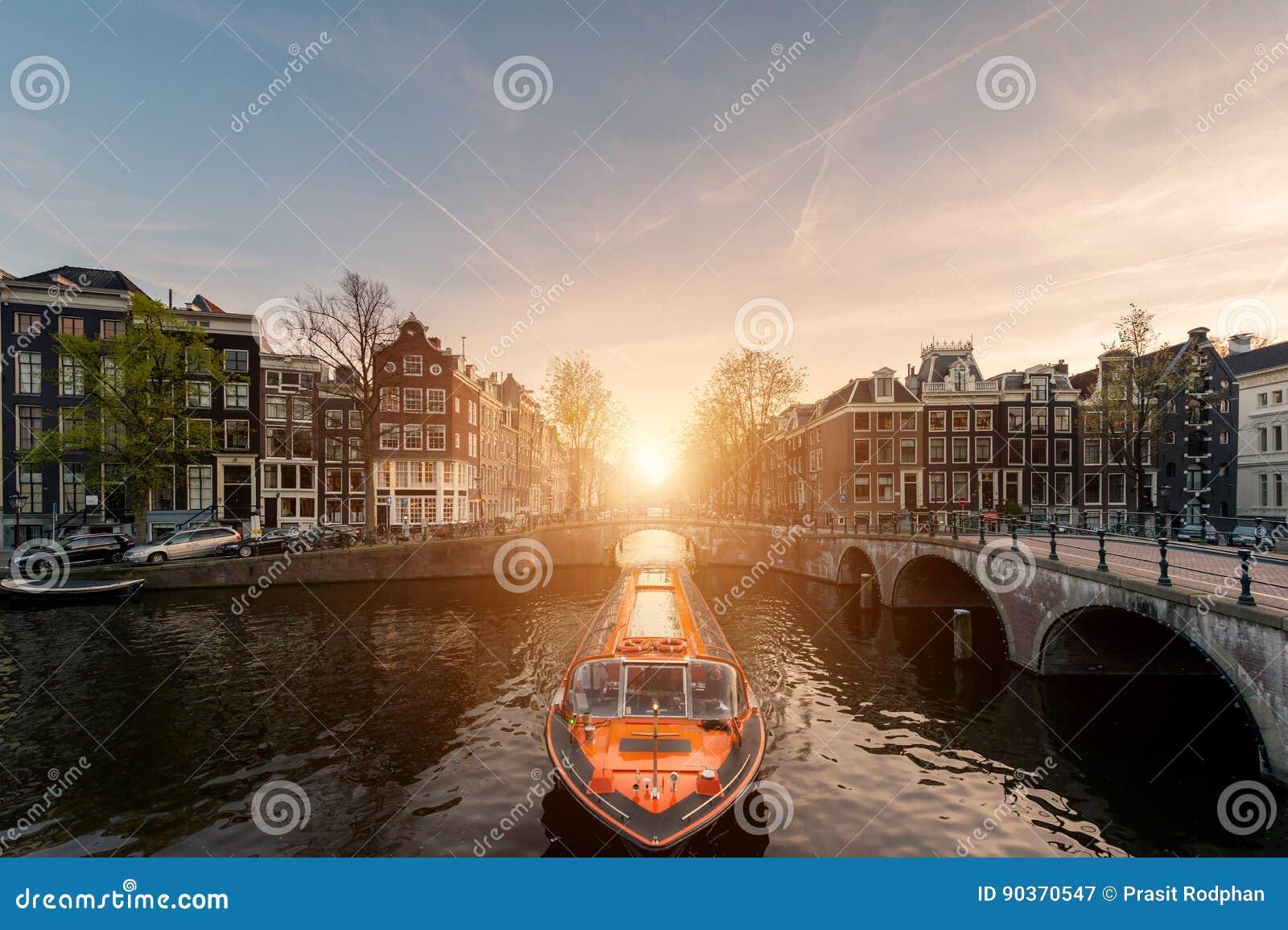阿姆斯特丹运河与荷兰传统房子的游轮我