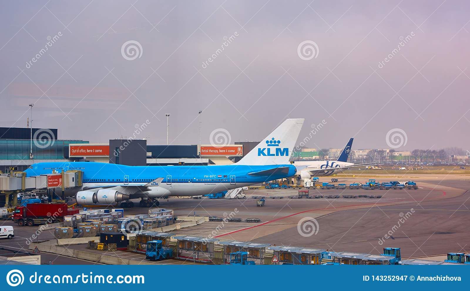 阿姆斯特丹,荷兰- 2016年3月11日:KLM飞机停放在斯希普霍尔机场