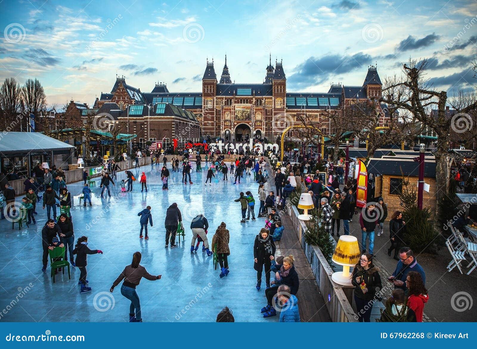 阿姆斯特丹,荷兰- 2016年1月15日:许多人民在Rijksmuseum,普遍前面的冬天滑冰的溜冰场滑冰