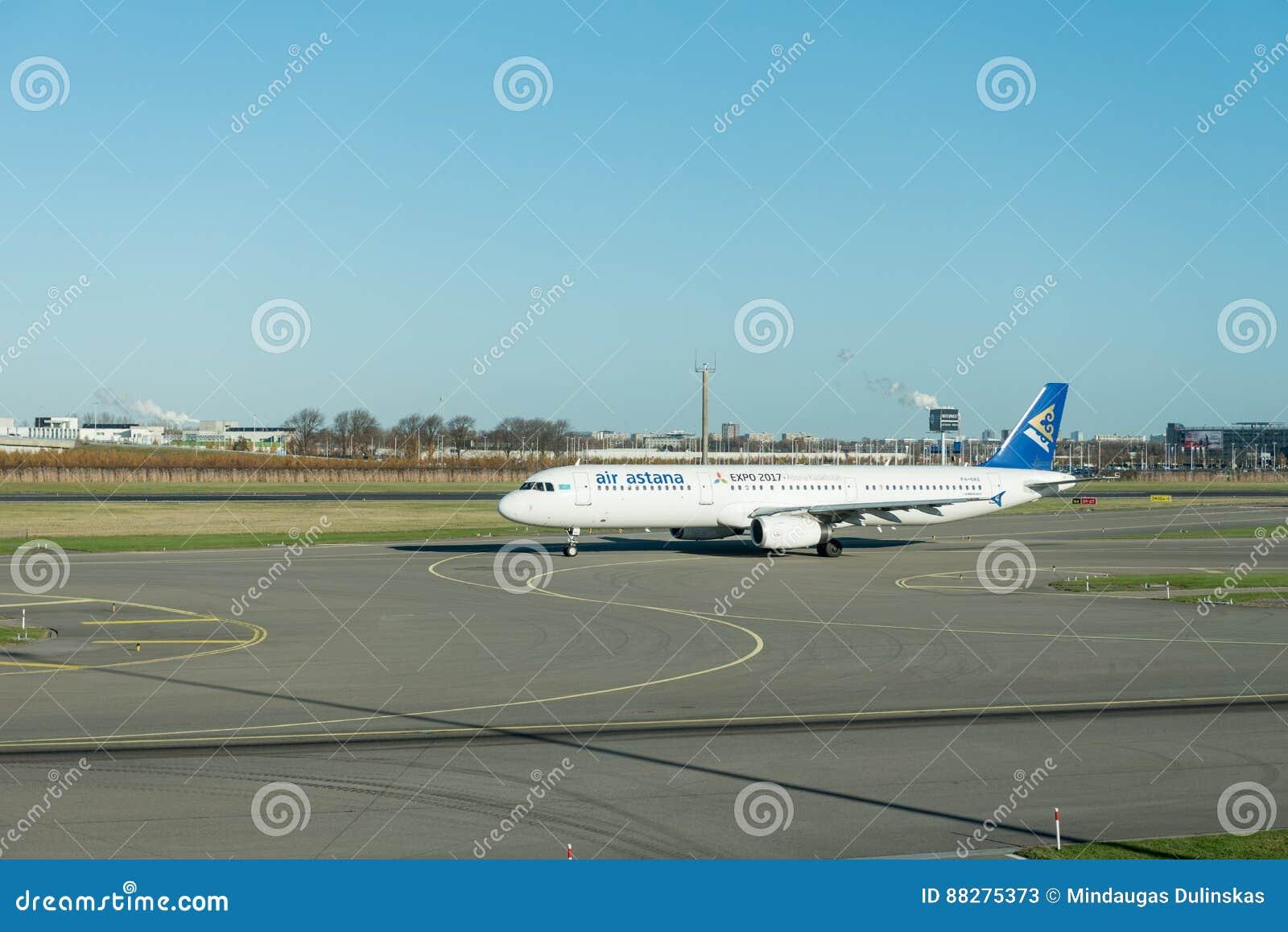 阿姆斯特丹, NETHERLAND - 2016年11月28日:P4-NAS空中客车A321空气准备好的阿斯塔纳在阿姆斯特丹史基浦机场离开