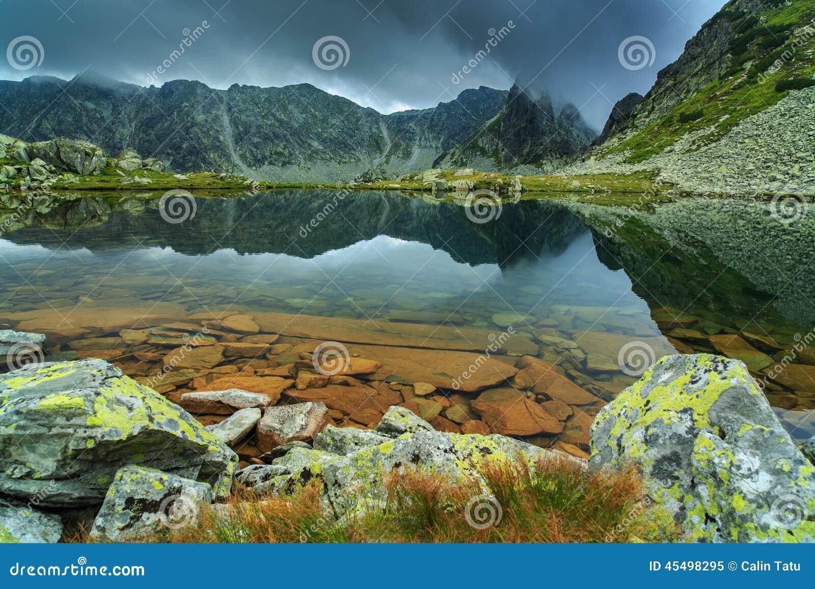 阿尔卑斯和暴风云的原始冰川湖