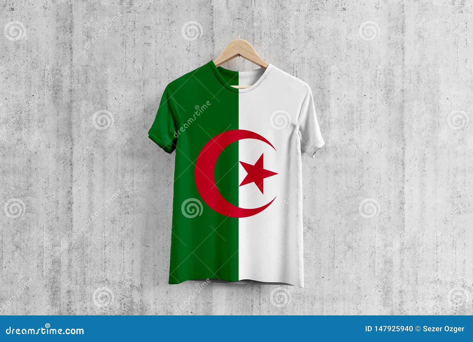 阿尔及利亚在挂衣架,阿尔及利亚的服装生产的队一致的设计想法的旗子T恤杉 全国穿戴