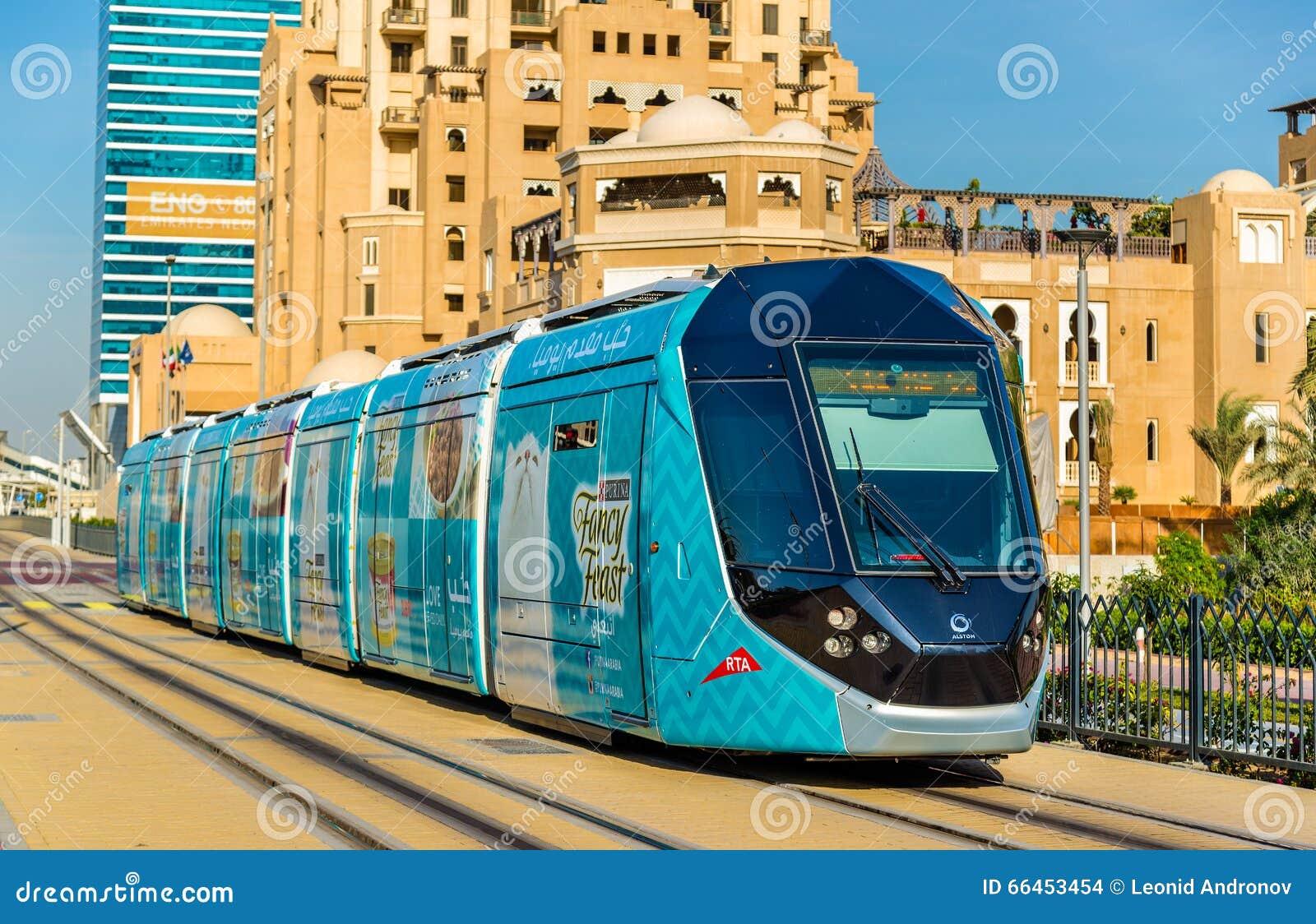 阿尔斯通citadis 402电车在迪拜 编辑类库存图片