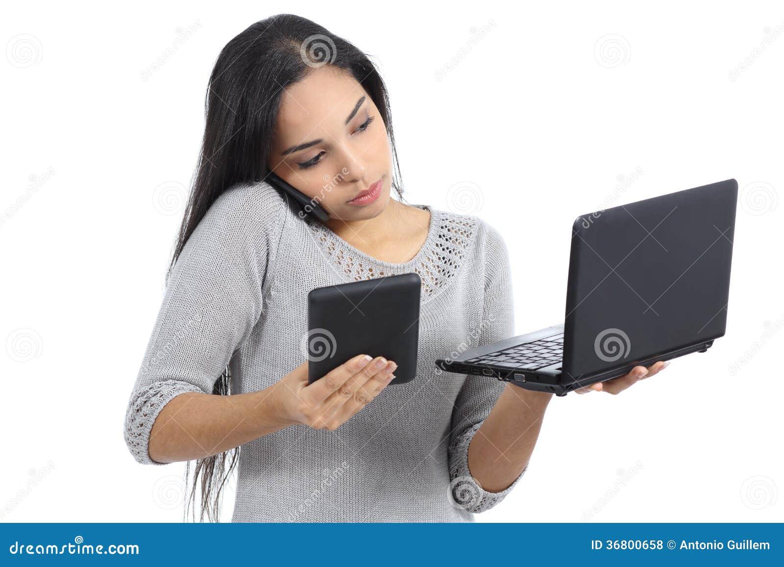 阿拉伯女商人多分派任务繁忙与电话片剂和计算机