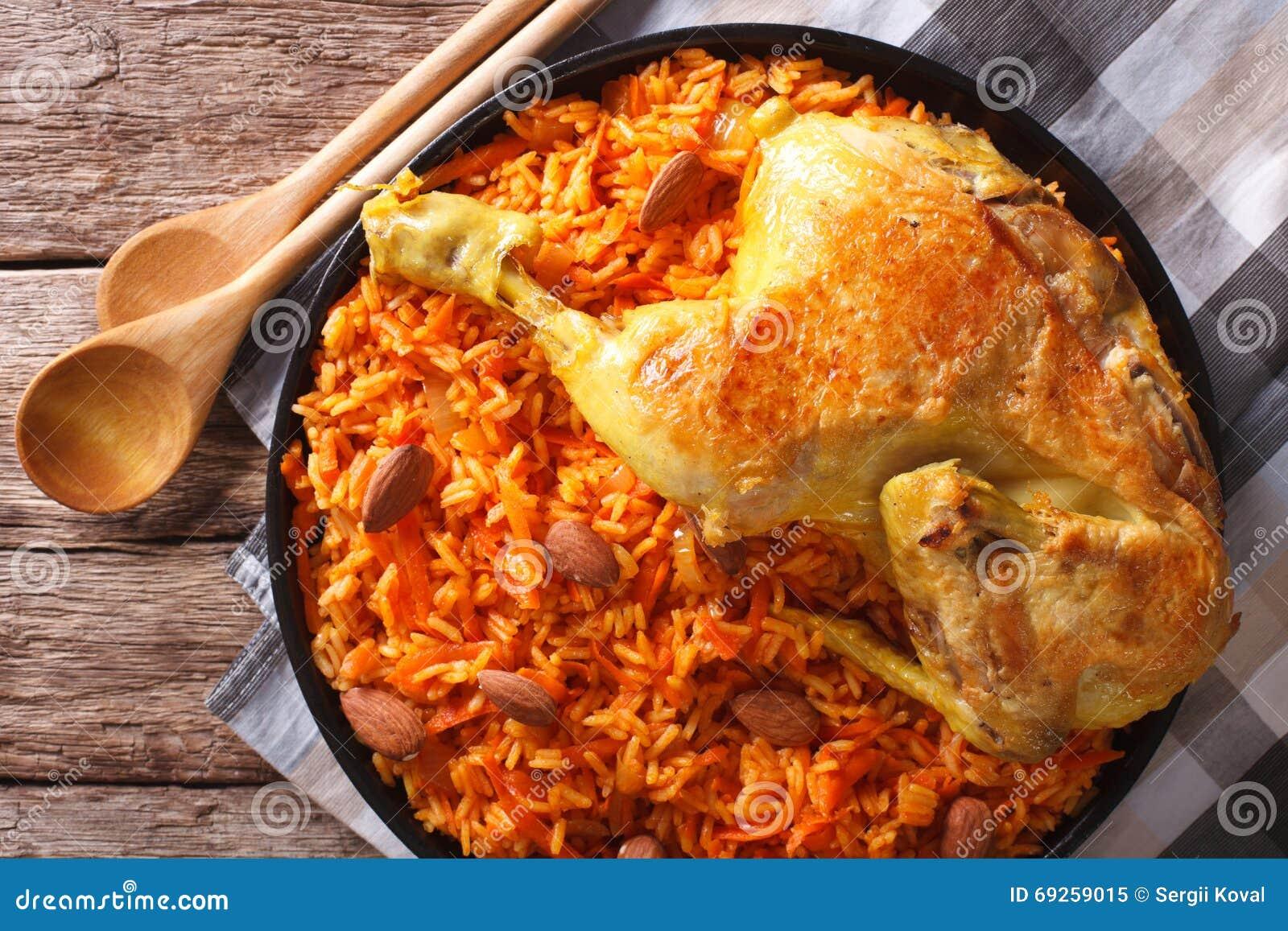 阿拉伯食物Kabsa :鸡用米和菜特写镜头 Ho