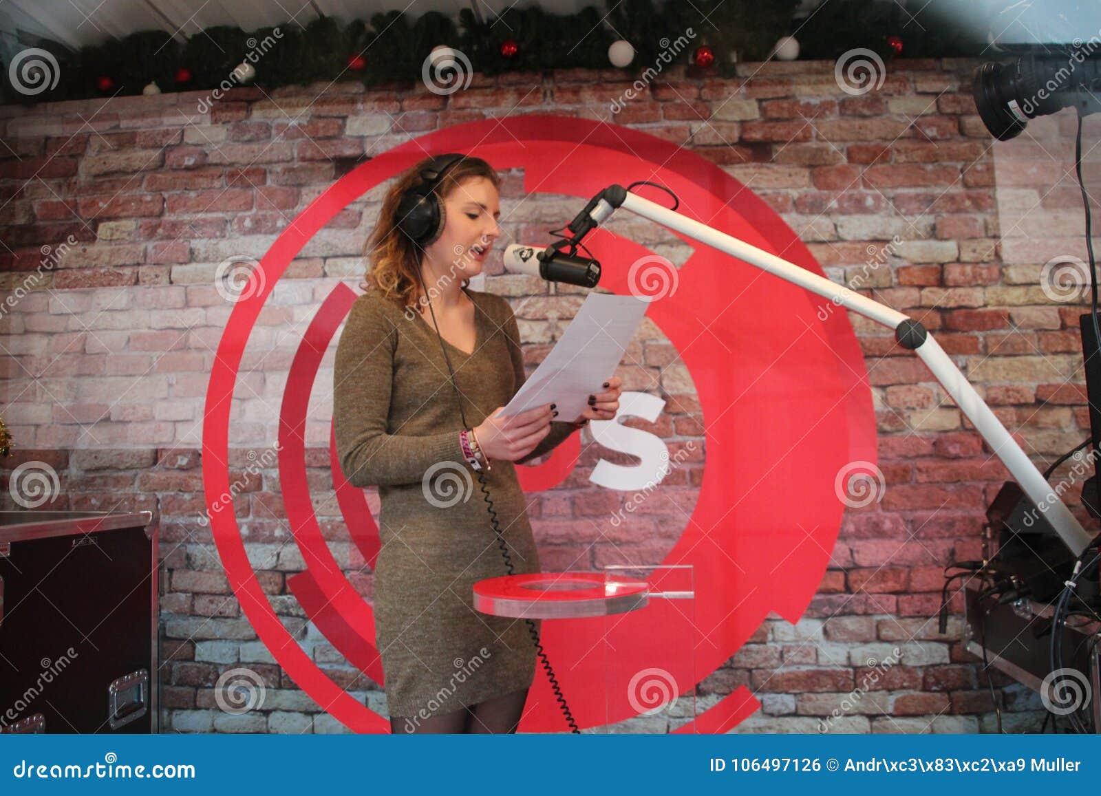 阿珀尔多伦,荷兰- 2017年12月23日:3 DJ ` NPO 3FM收音机s在玻璃房子里被锁培养mony红色哥斯达黎加的