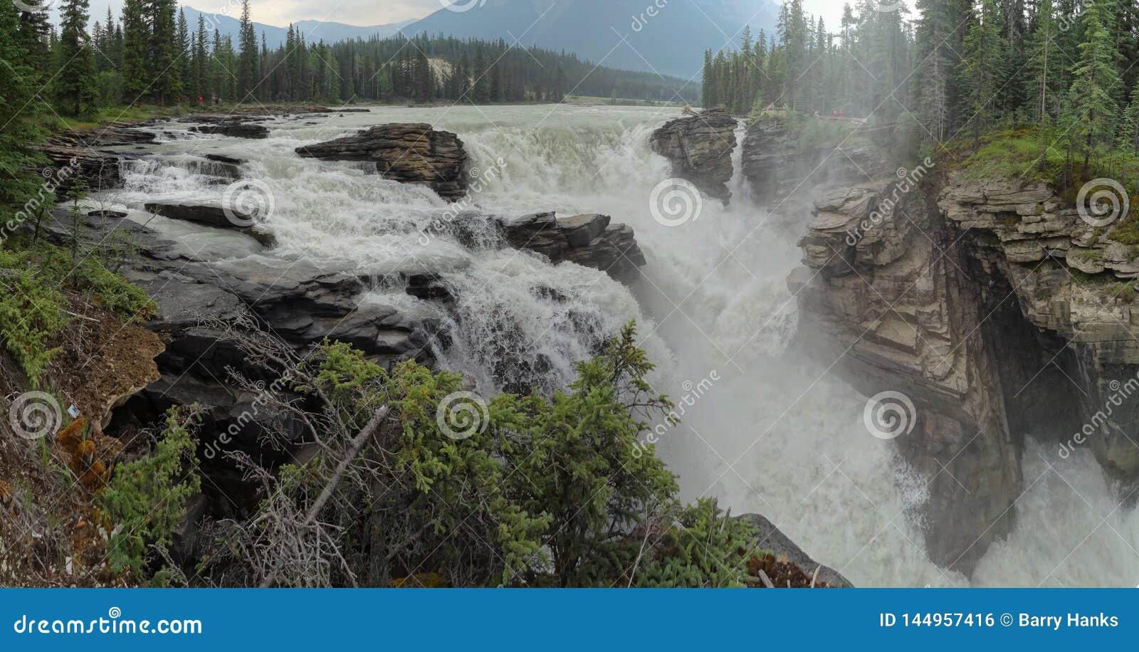 阿萨巴斯卡秋天搅动的水