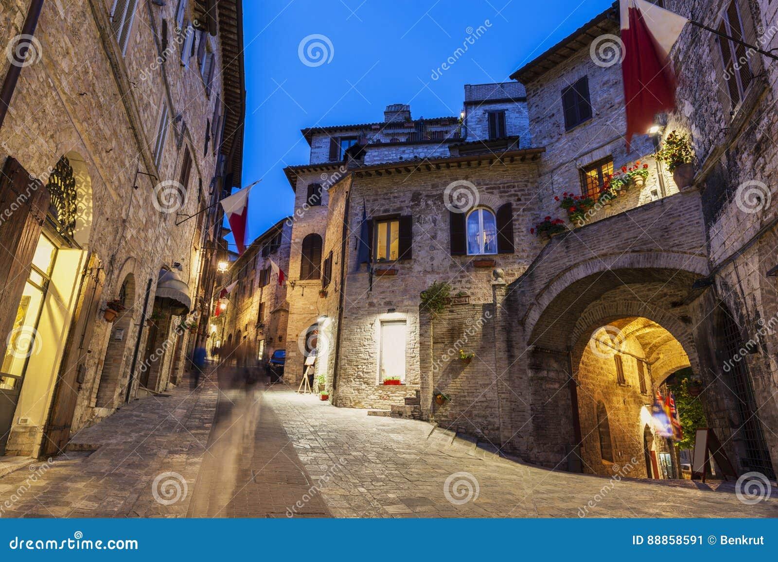阿西西老镇在晚上