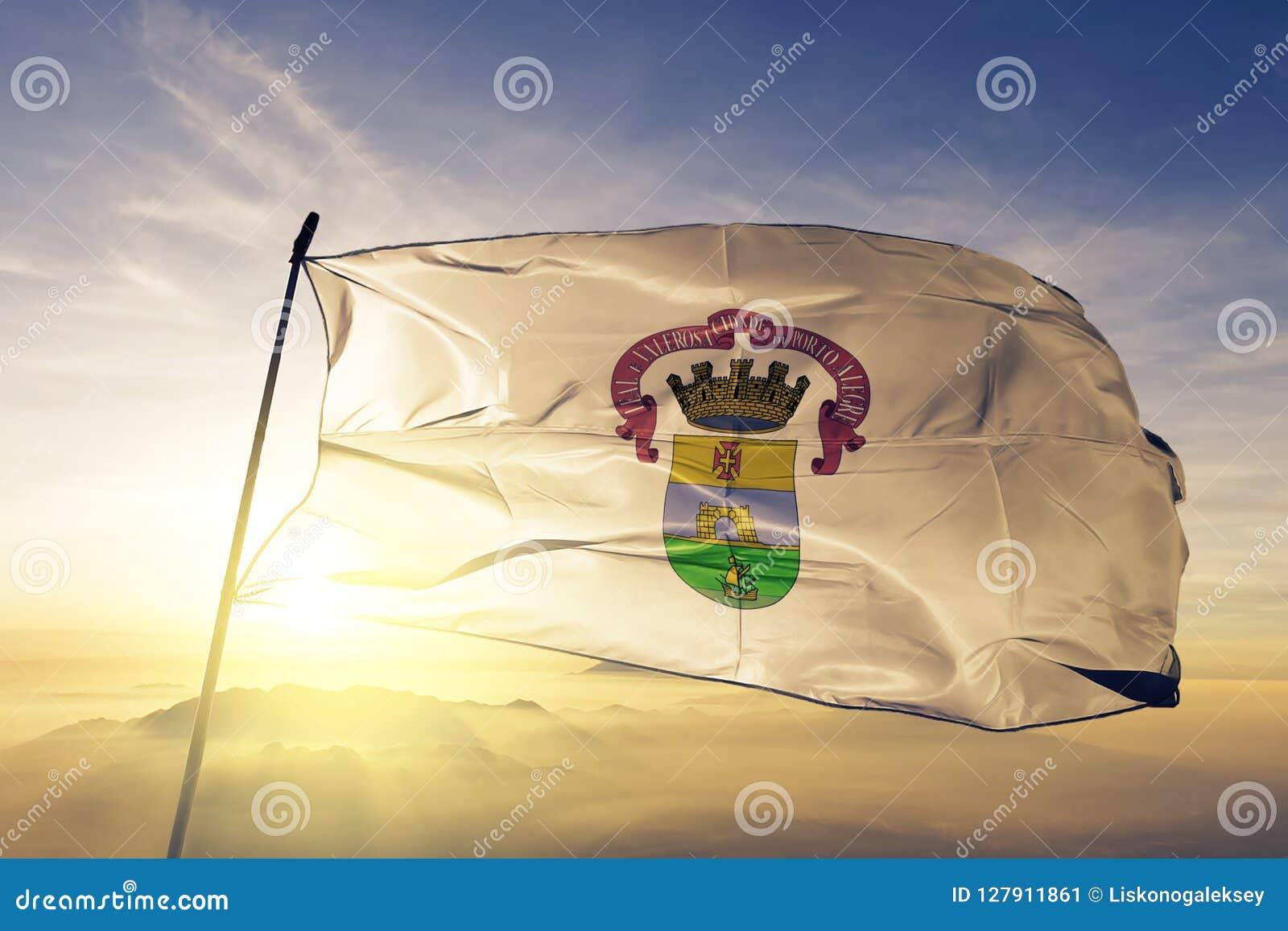 阿雷格里港cityof巴西旗子纺织品挥动在顶面日出薄雾雾的布料织品