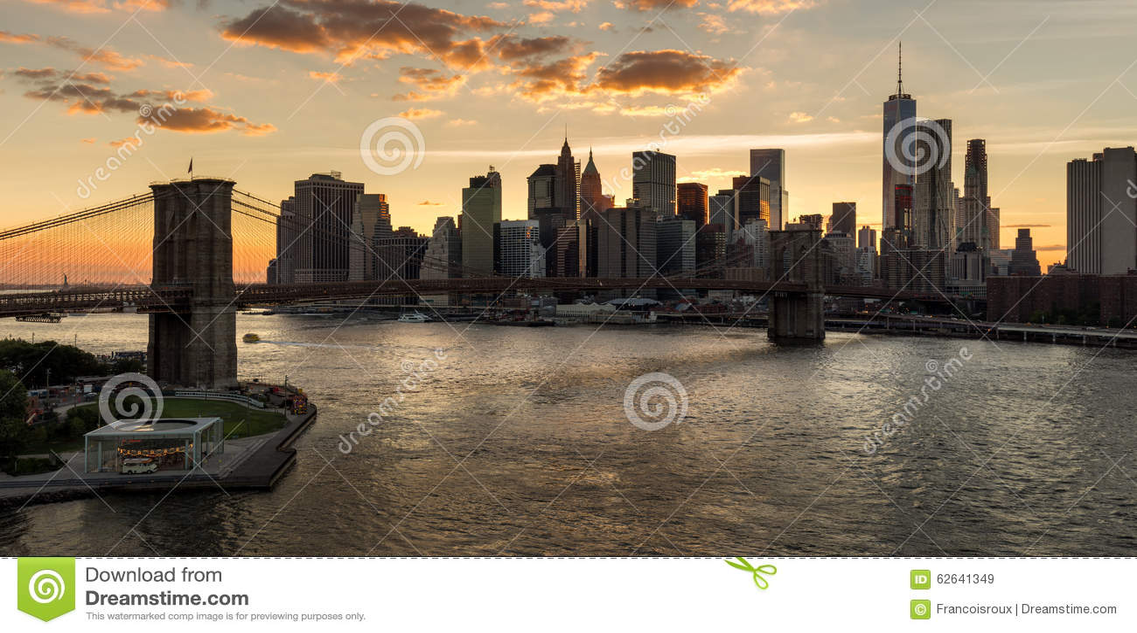 降低曼哈顿和布鲁克林大桥在日落 城市纽约