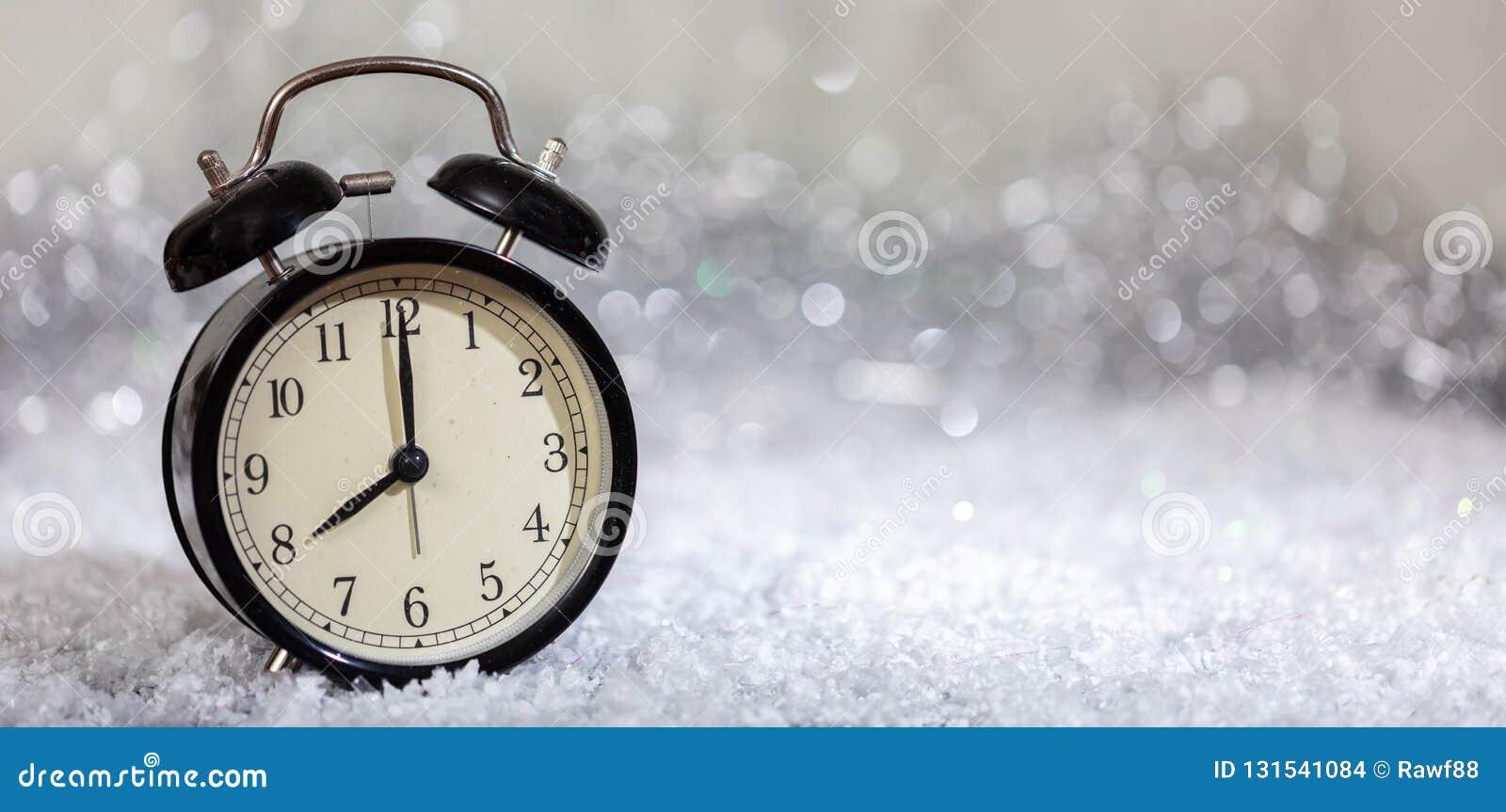 除夕读秒 分钟对在葡萄酒闹钟的半夜12点