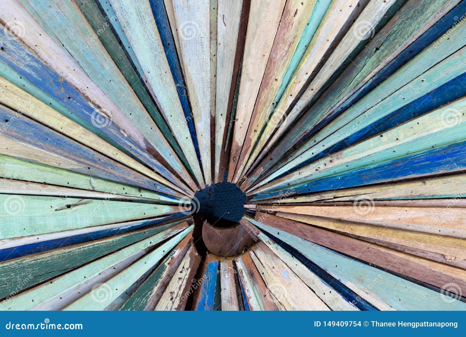 难看的东西木盘区的多颜色作为辐形形状背景的