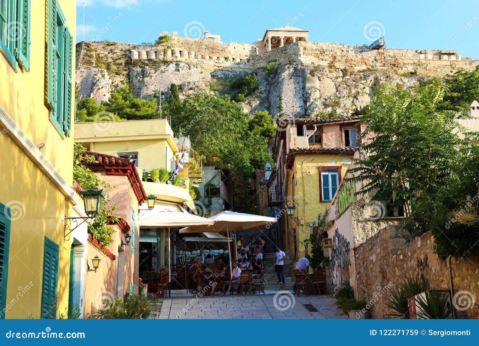 雅典,希腊- 2018年7月18日:有纪念碑和寺庙的,雅典,希腊舒适希腊街道
