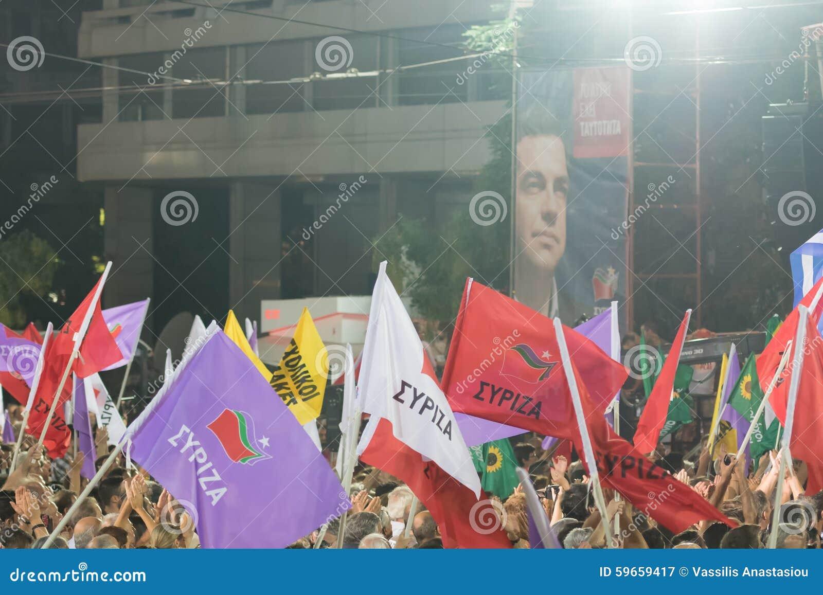 雅典,希腊2015年9月18日 挥动他们的在阿列克西斯・齐普拉斯最后公开讲话的爱好者旗子在竞选前