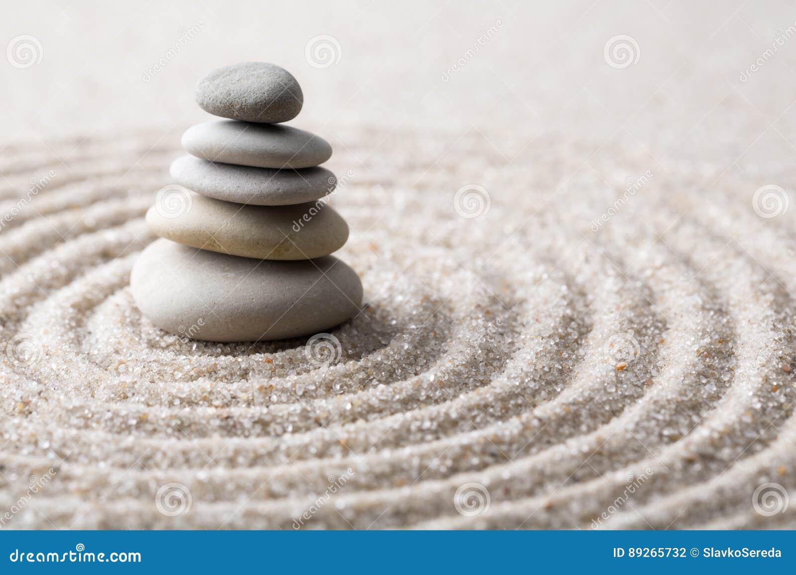 集中和放松沙子的日本禅宗庭院凝思和谐的石头和在纯净的朴素的岩石和平衡