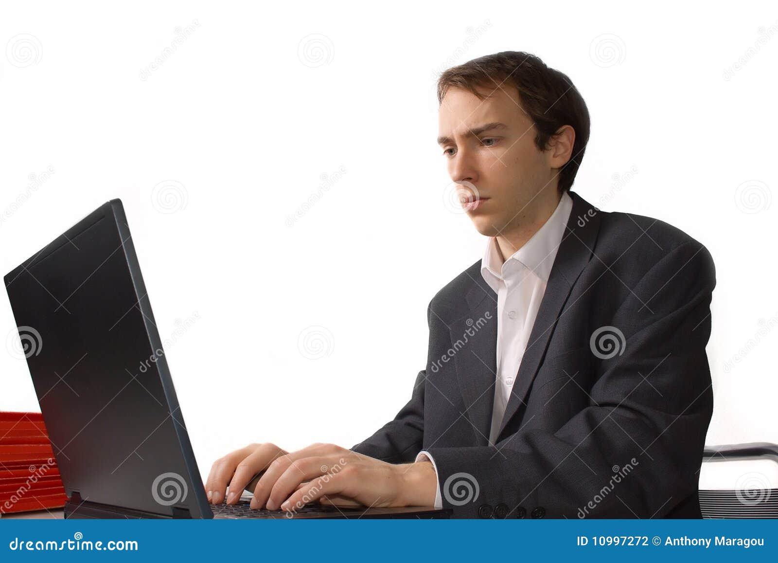 集中的膝上型计算机人工作年轻人