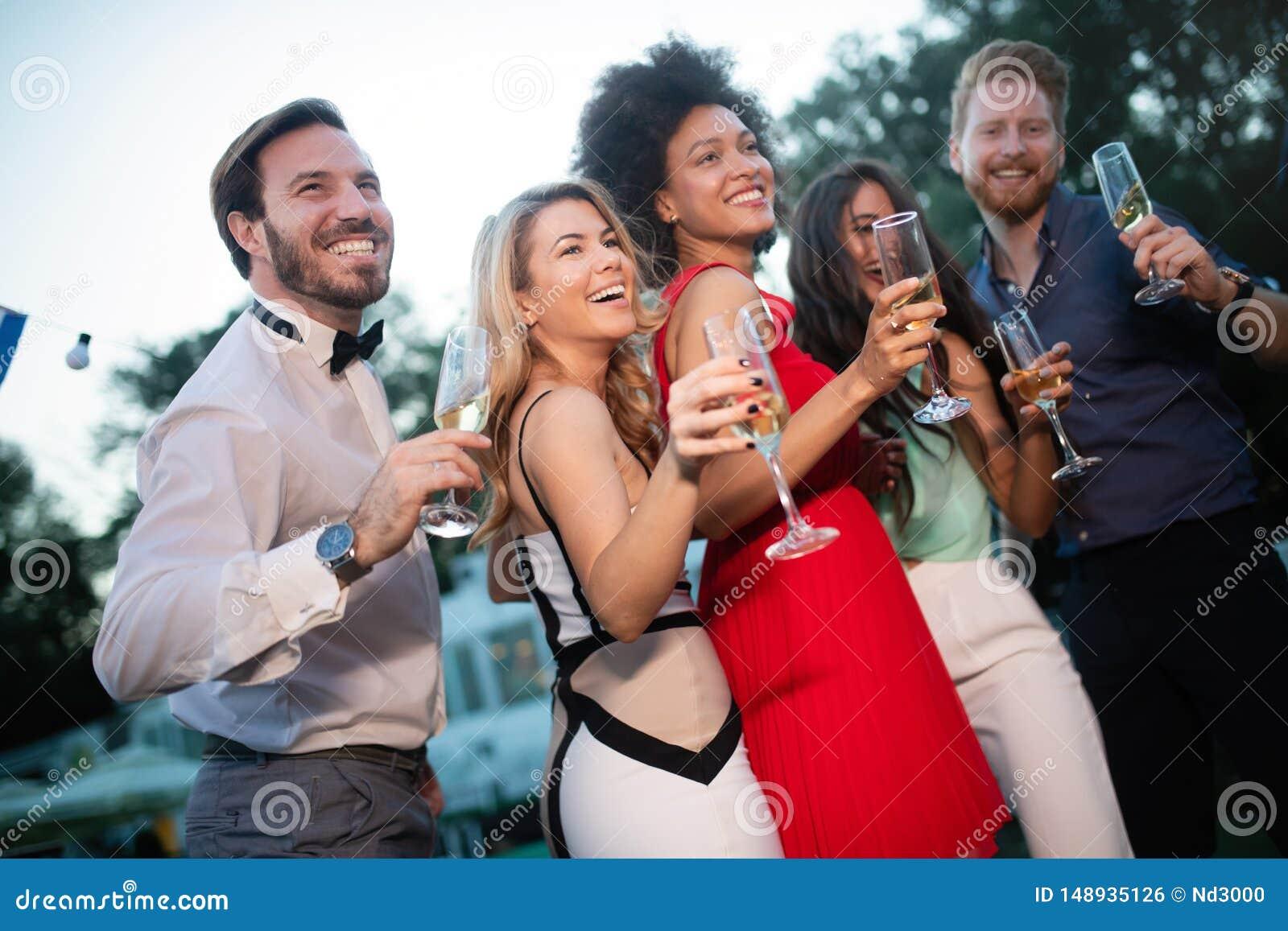 集会和敬酒饮料的小组愉快的朋友