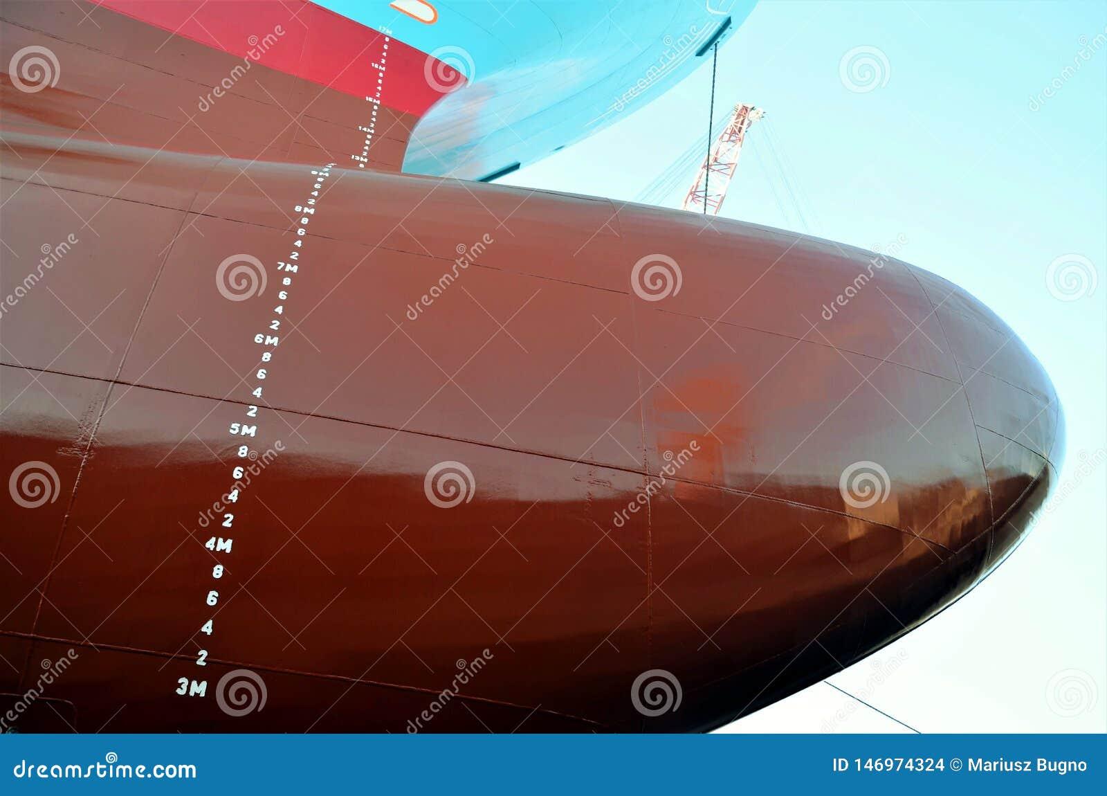 集装箱船在干船坞