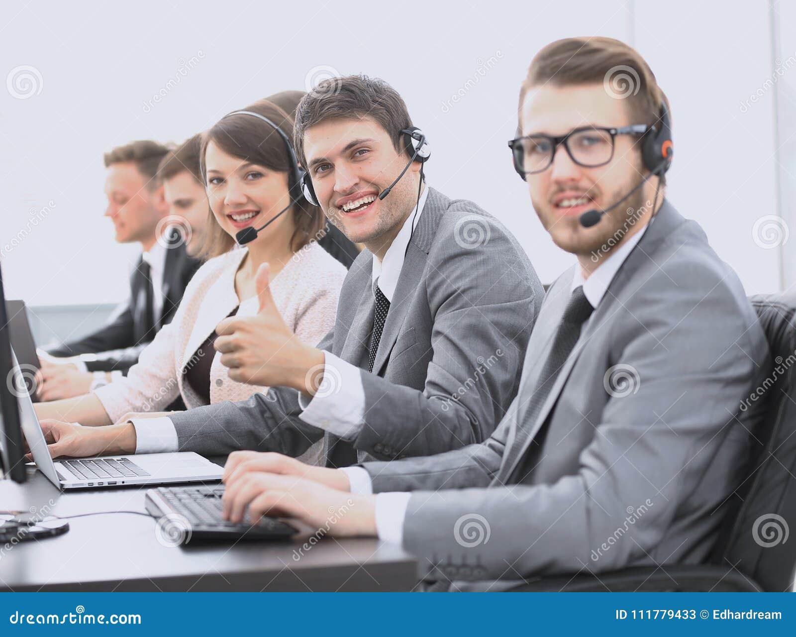雇员与显示赞许的耳机的电话中心
