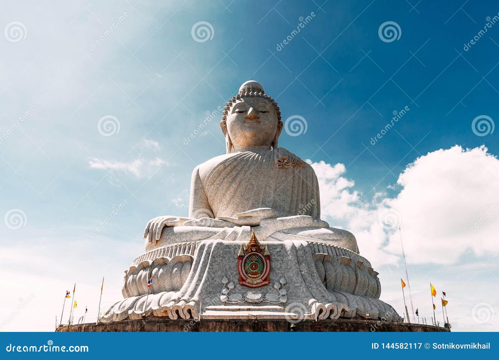 雕象在普吉岛泰国一个高小山顶被塑造的大菩萨能从远方被看见 大白菩萨泰国