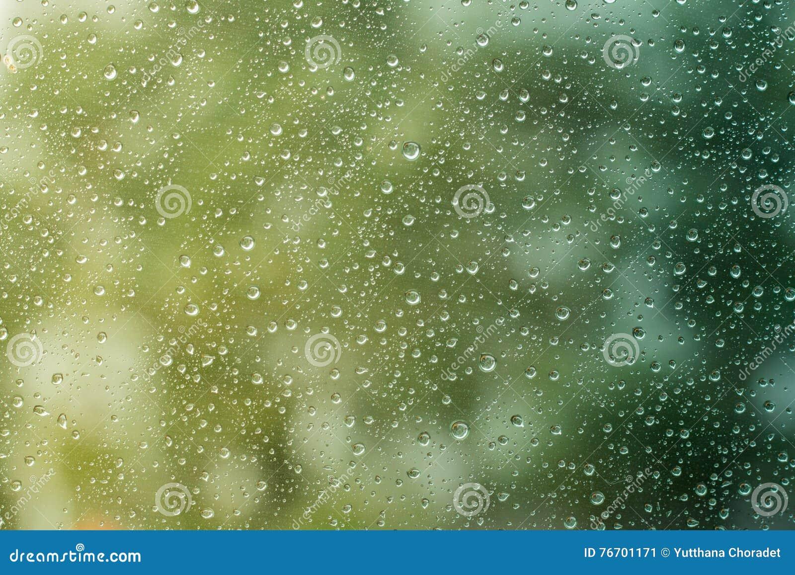 雨下落在汽车的表面 水下落