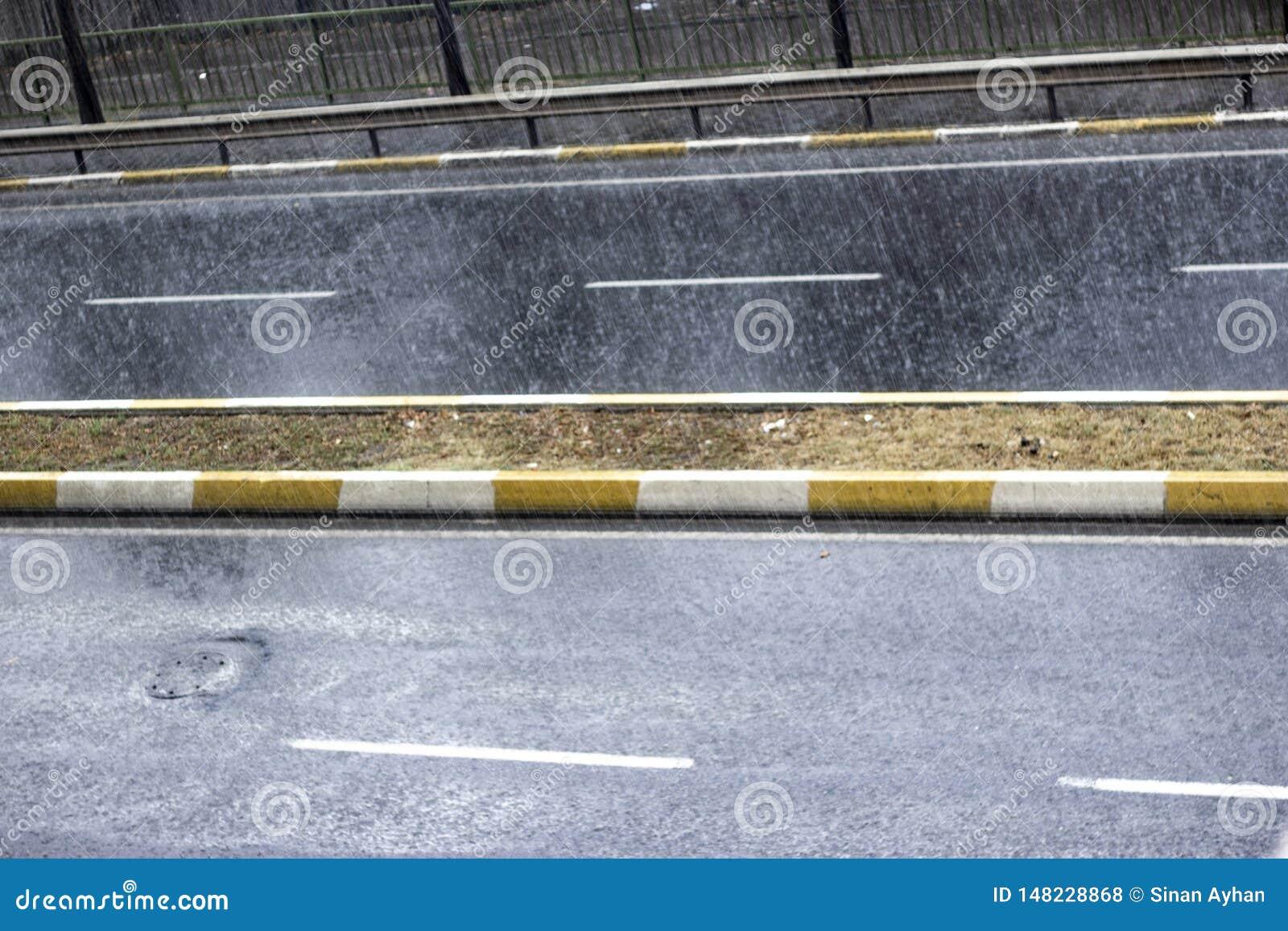 雨珠顶视图在街道上落