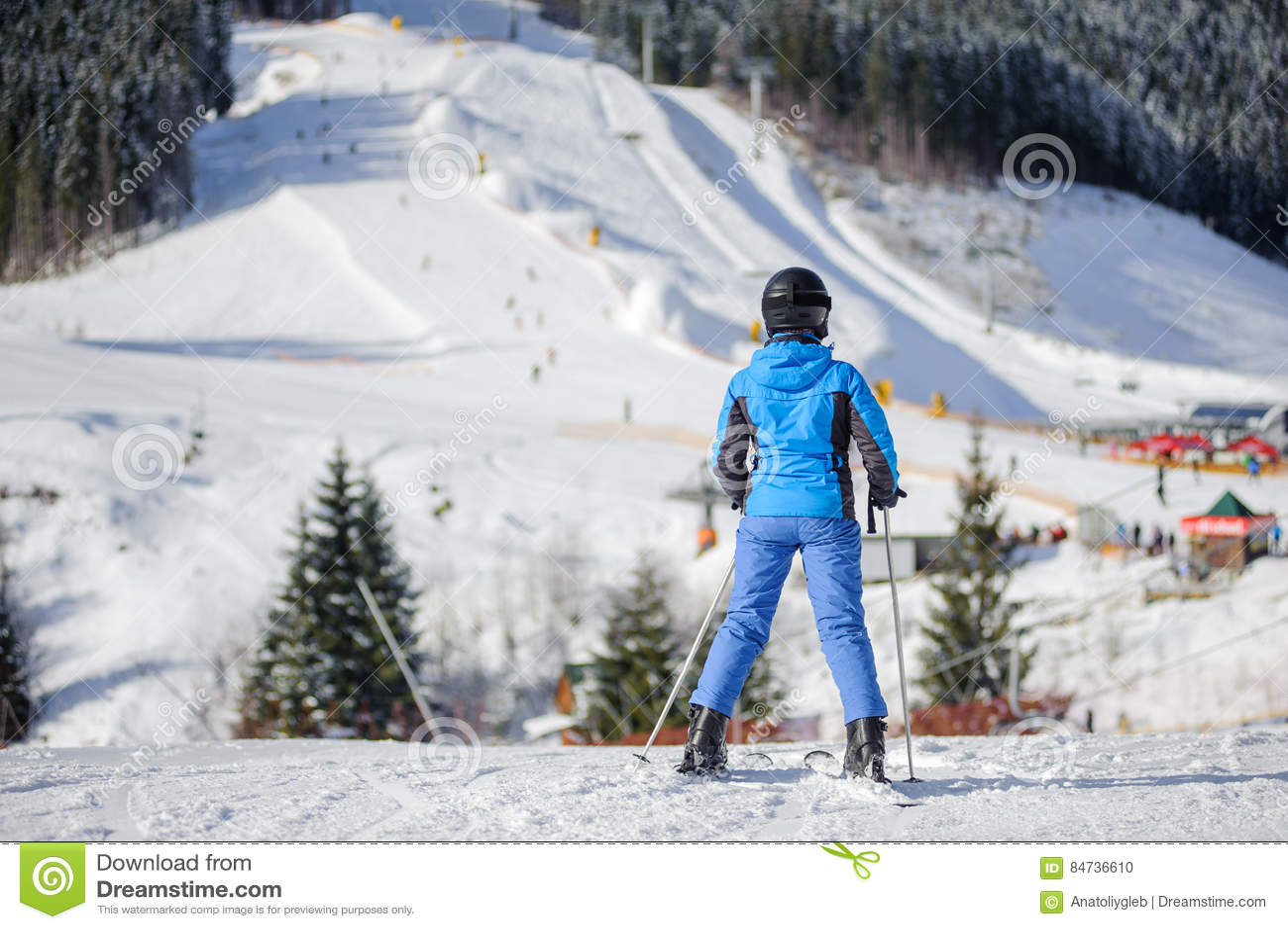 滑雪倾斜的女性滑雪者一个晴天