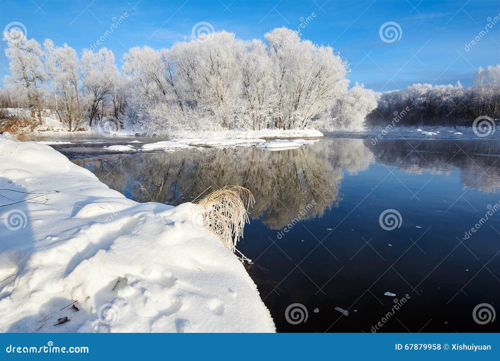 雪和软的霜和冬天河
