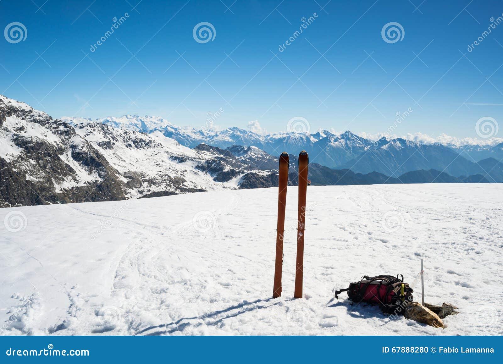 滑雪在山顶的游览设备,庄严山脉