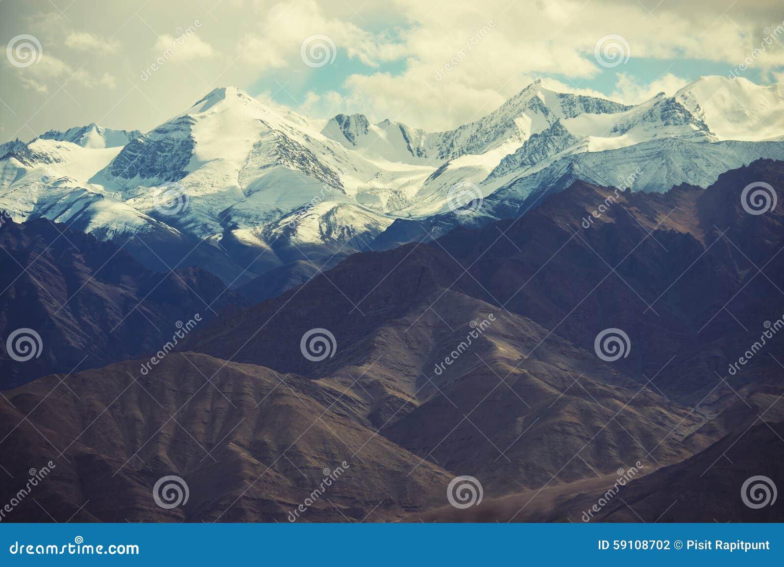 雪山从Leh市,拉达克,印度的mange作为风景看法  过滤器:十字架被处理的葡萄酒口气