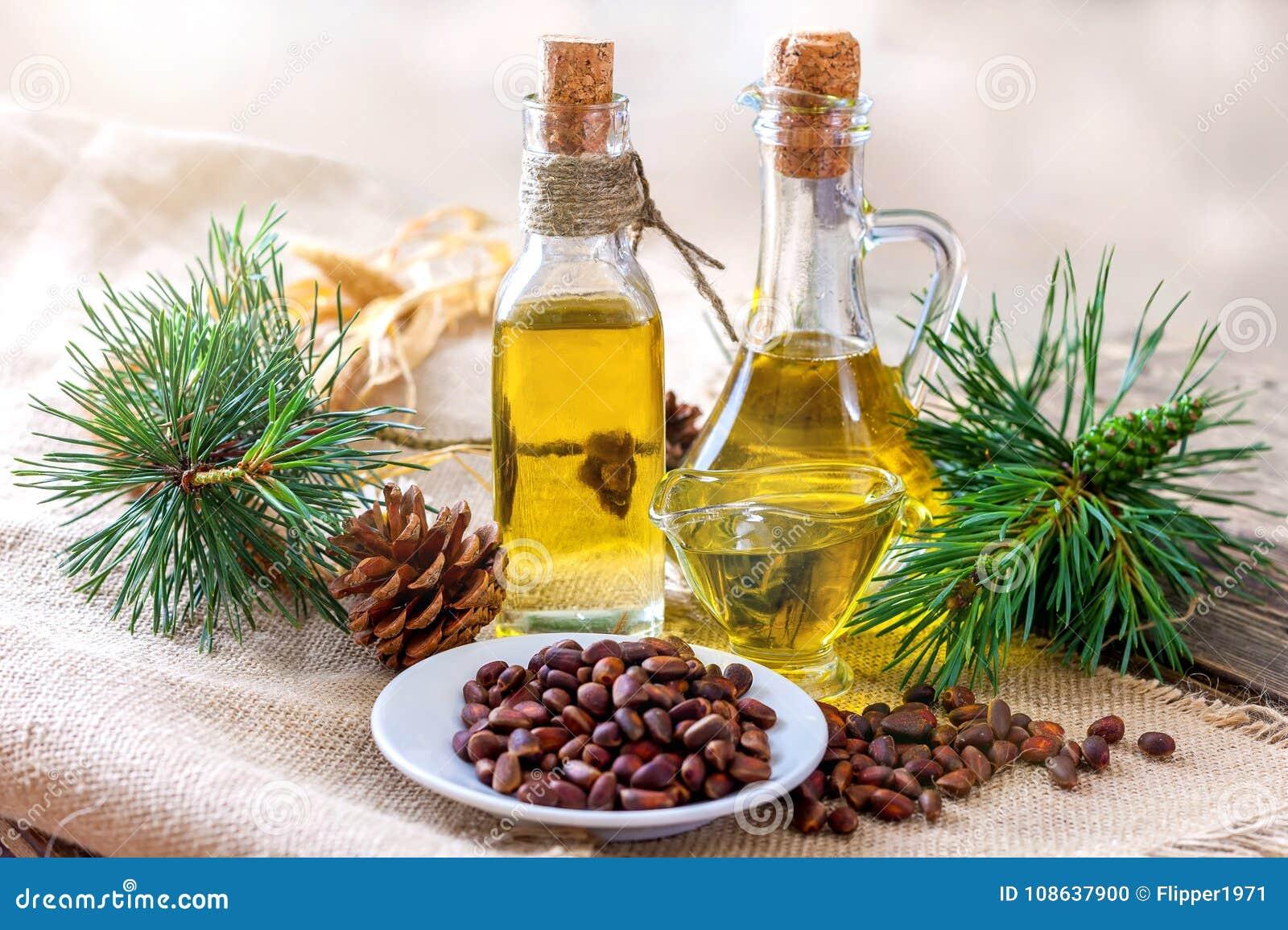 雪松油和松果在一张木桌上