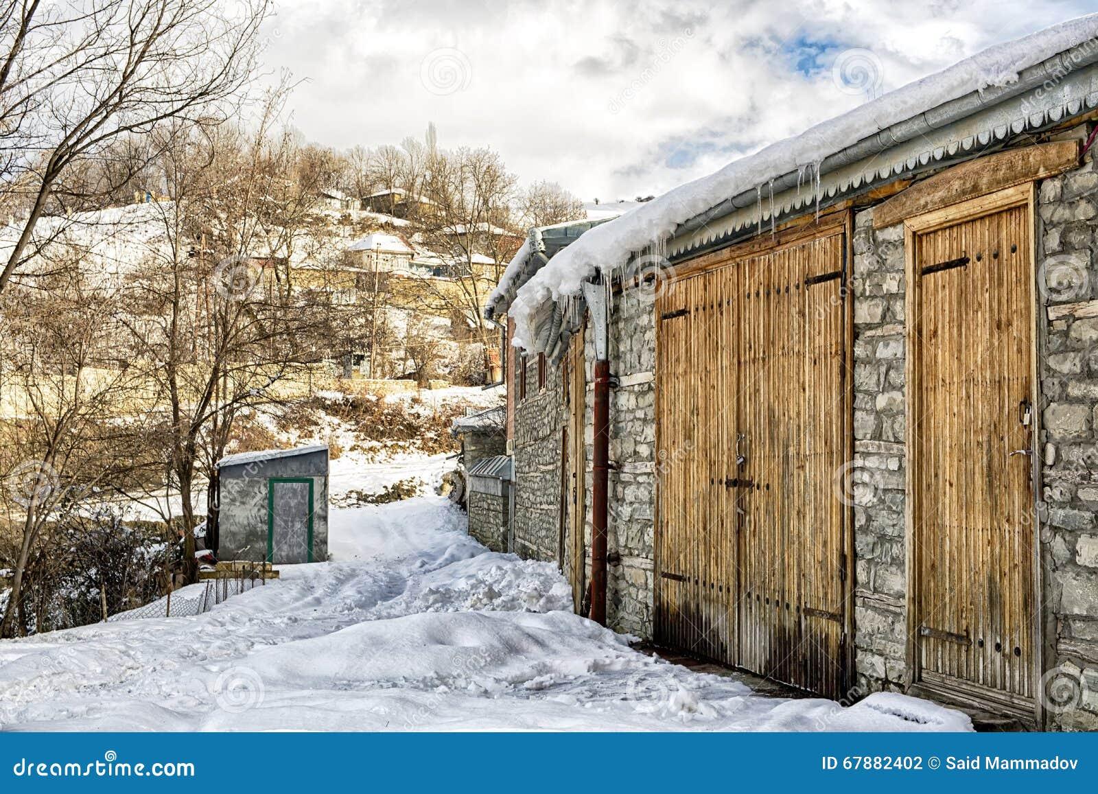 雪的土气谷仓