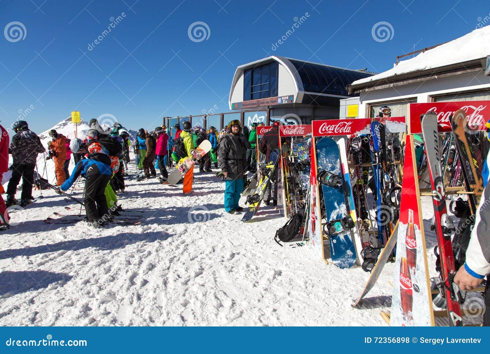 滑雪者和挡雪板 罗莎Khutor滑雪胜地  索契 俄国