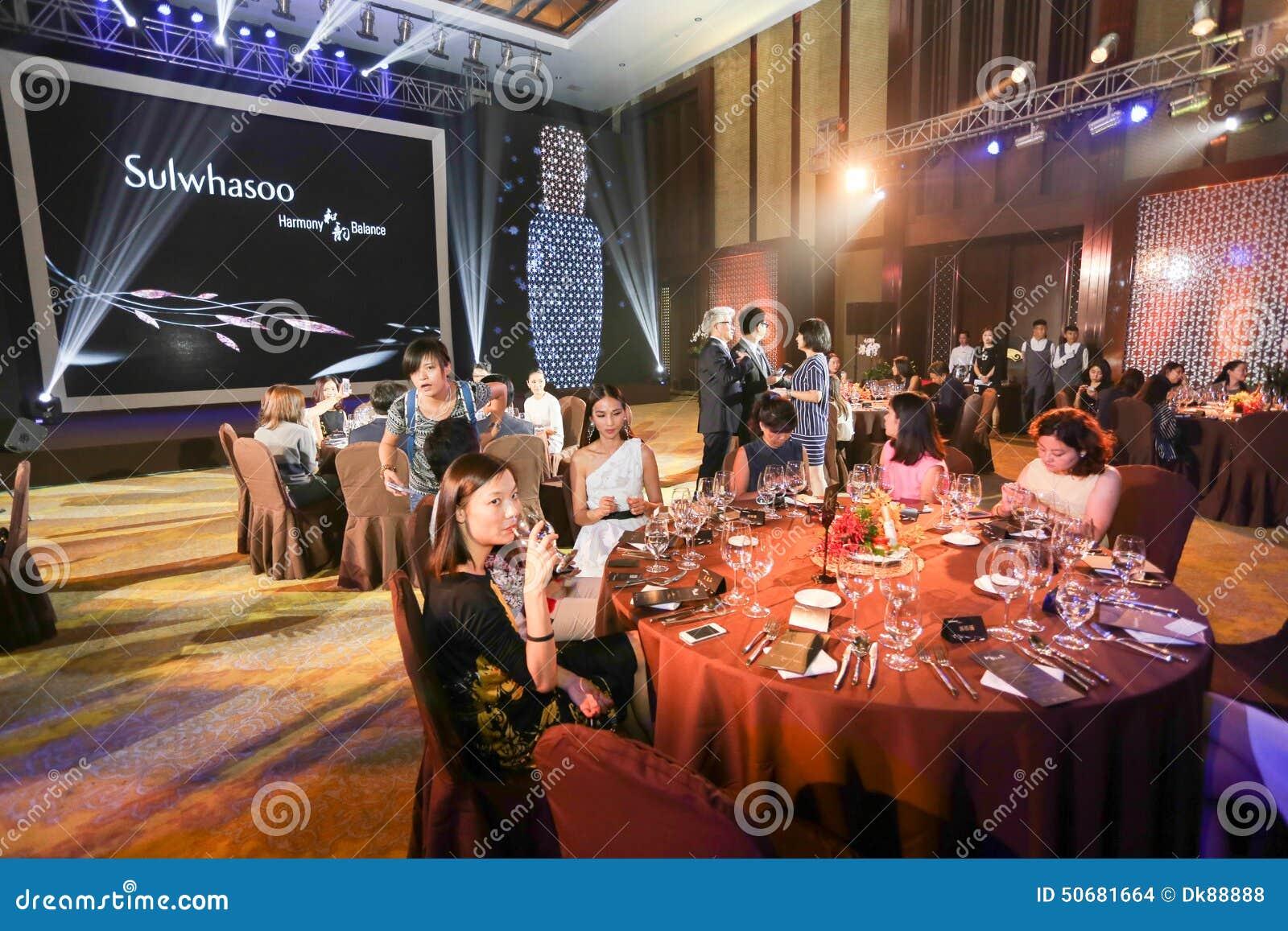 Download 雪花展示党 编辑类库存图片. 图片 包括有 女演员, 设备, 用餐, 庆祝, 典雅, 活动, 装饰, 竹子 - 50681664