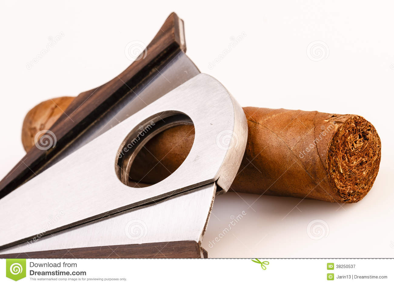 雪茄和切削刀在白色背景