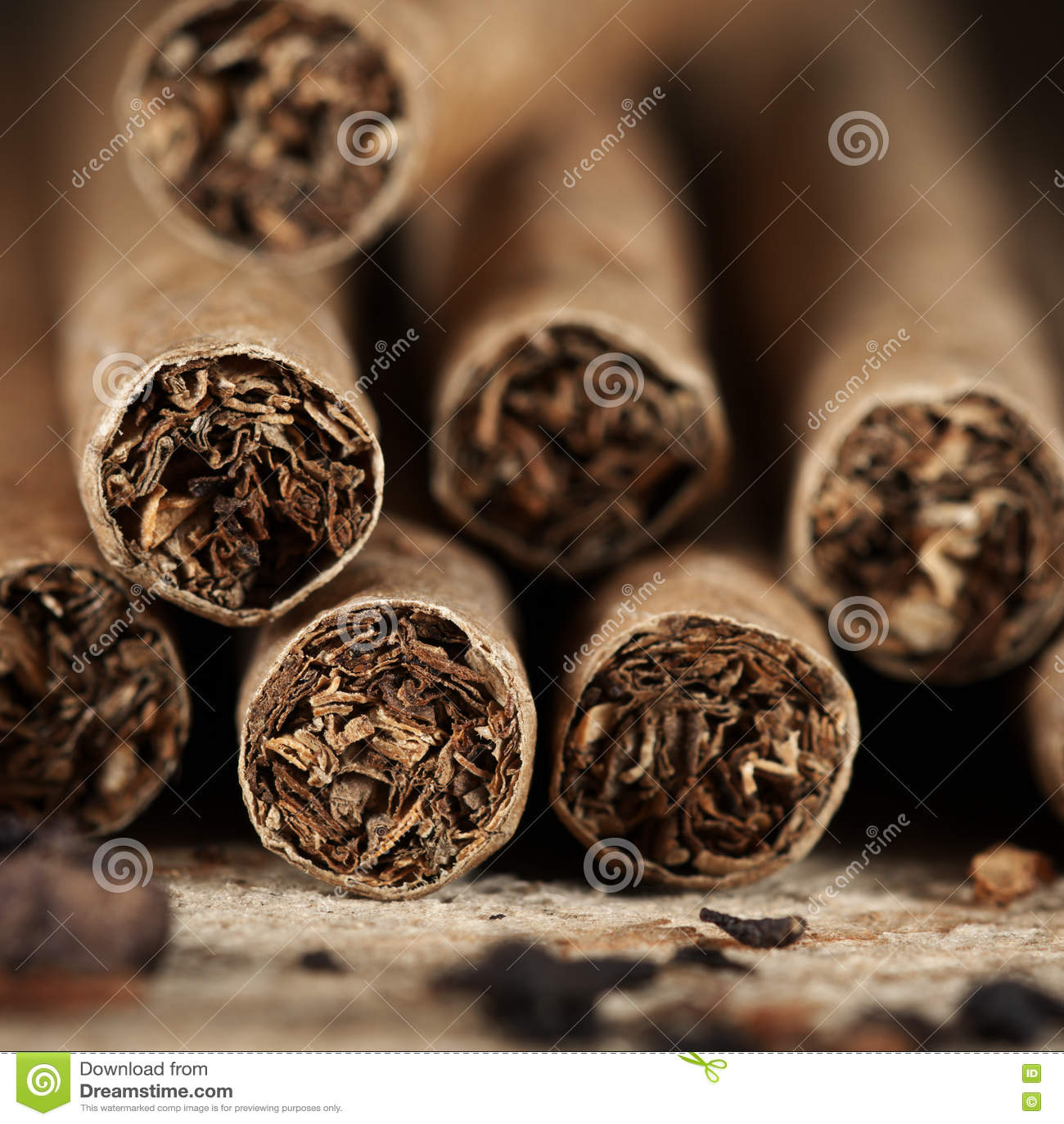 雪茄在木头堆