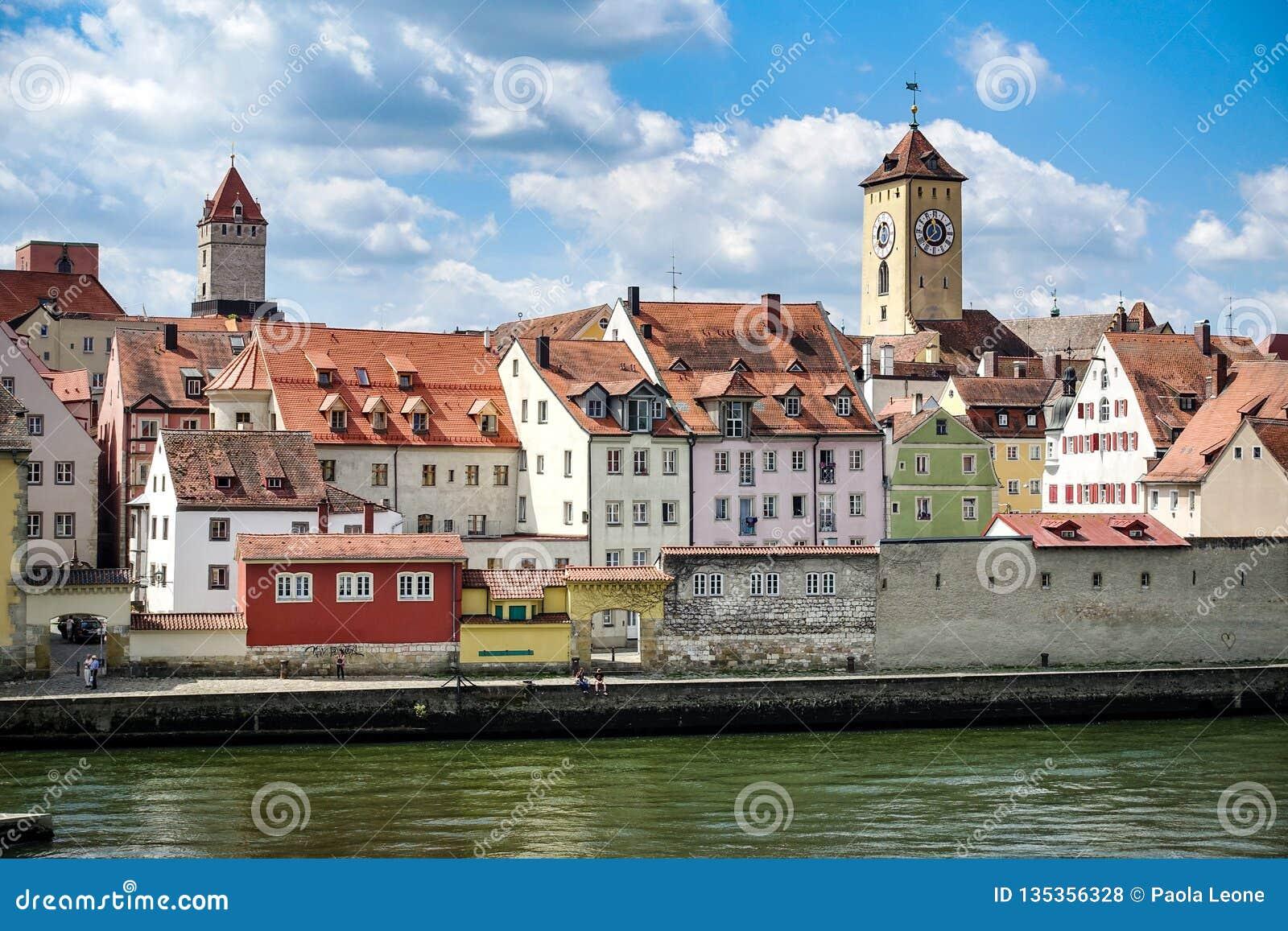 雷根斯堡,德国- 2016年7月,09:从老Hauses和塔的河多瑙河的看法