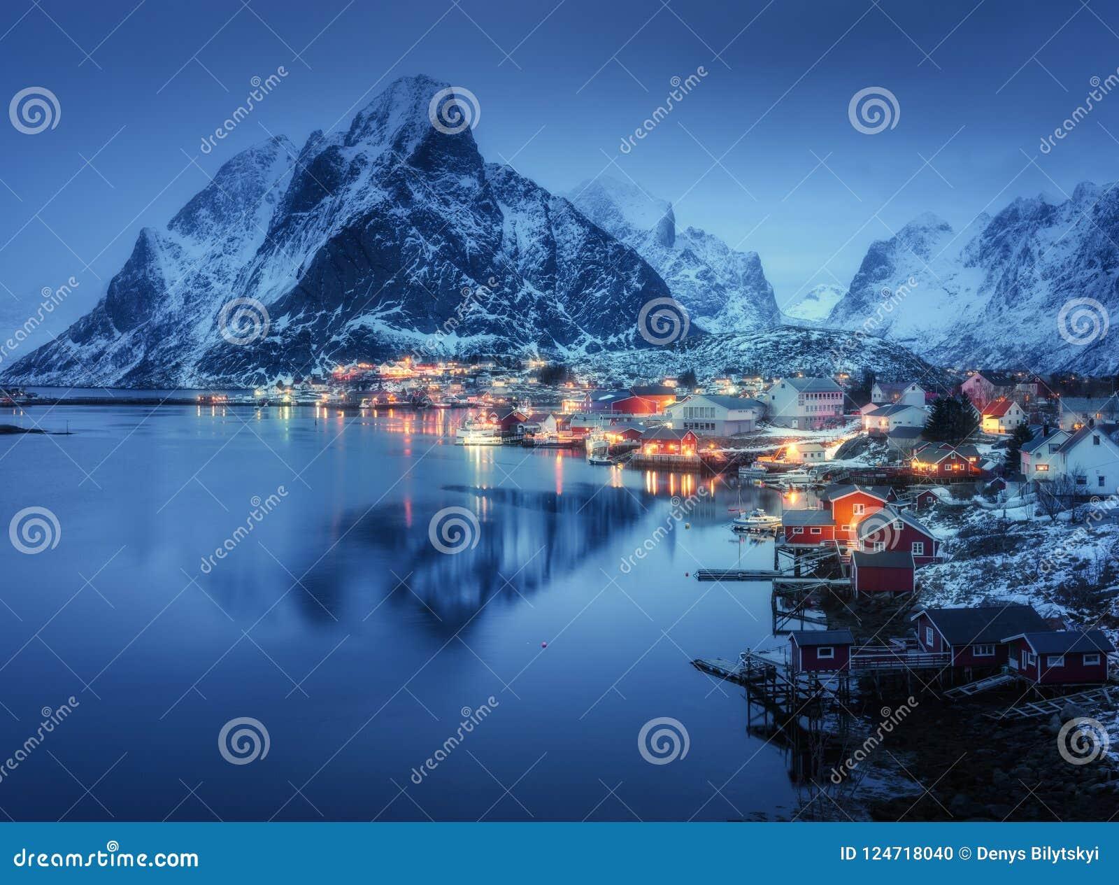雷讷在晚上, Lofoten海岛,挪威 冬天