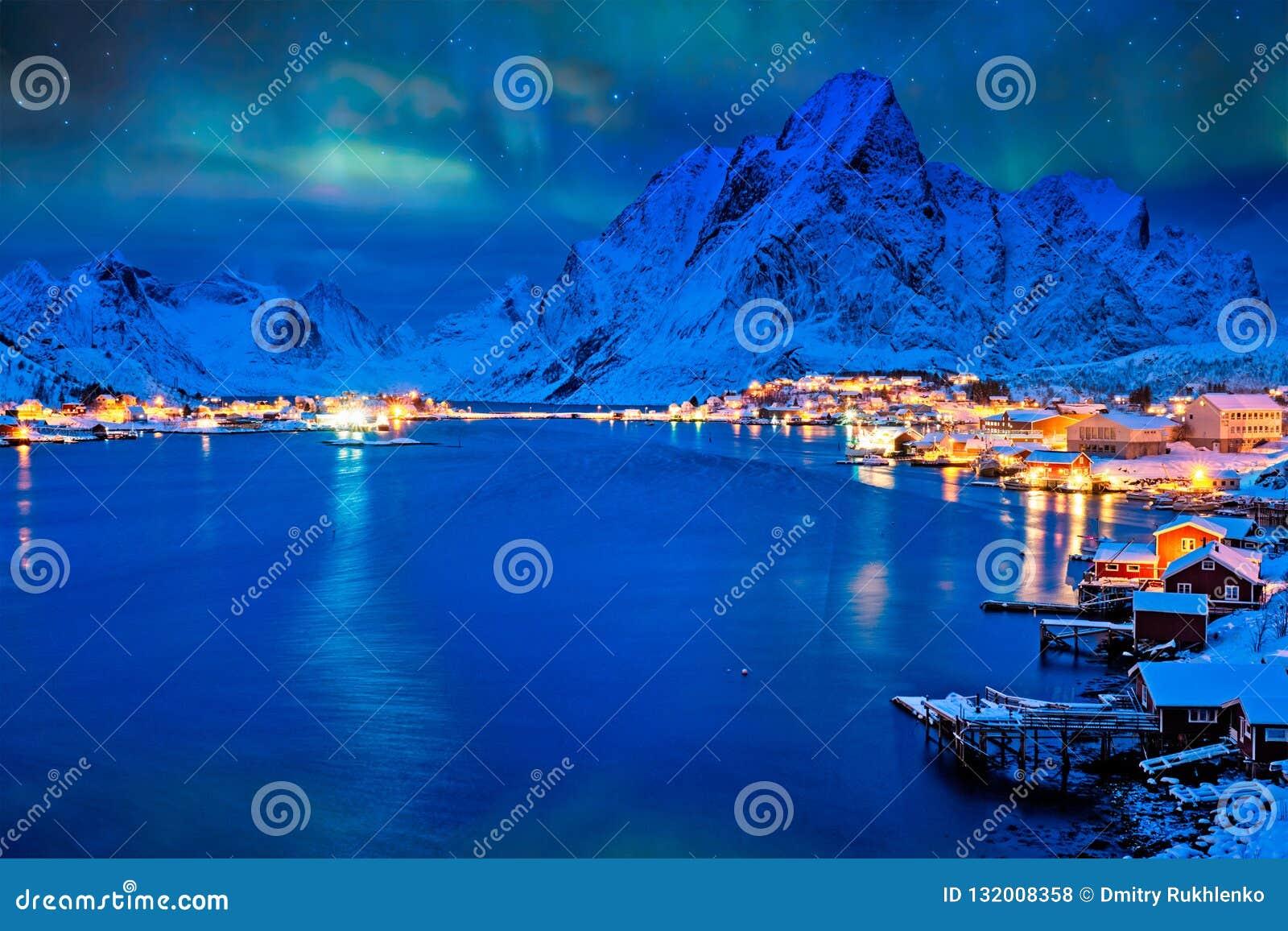 雷讷村庄在晚上 Lofoten海岛,挪威