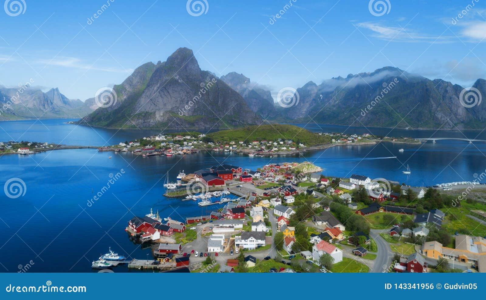 雷讷,罗弗敦群岛,挪威,晴朗的北极夏天美好的鸟瞰图