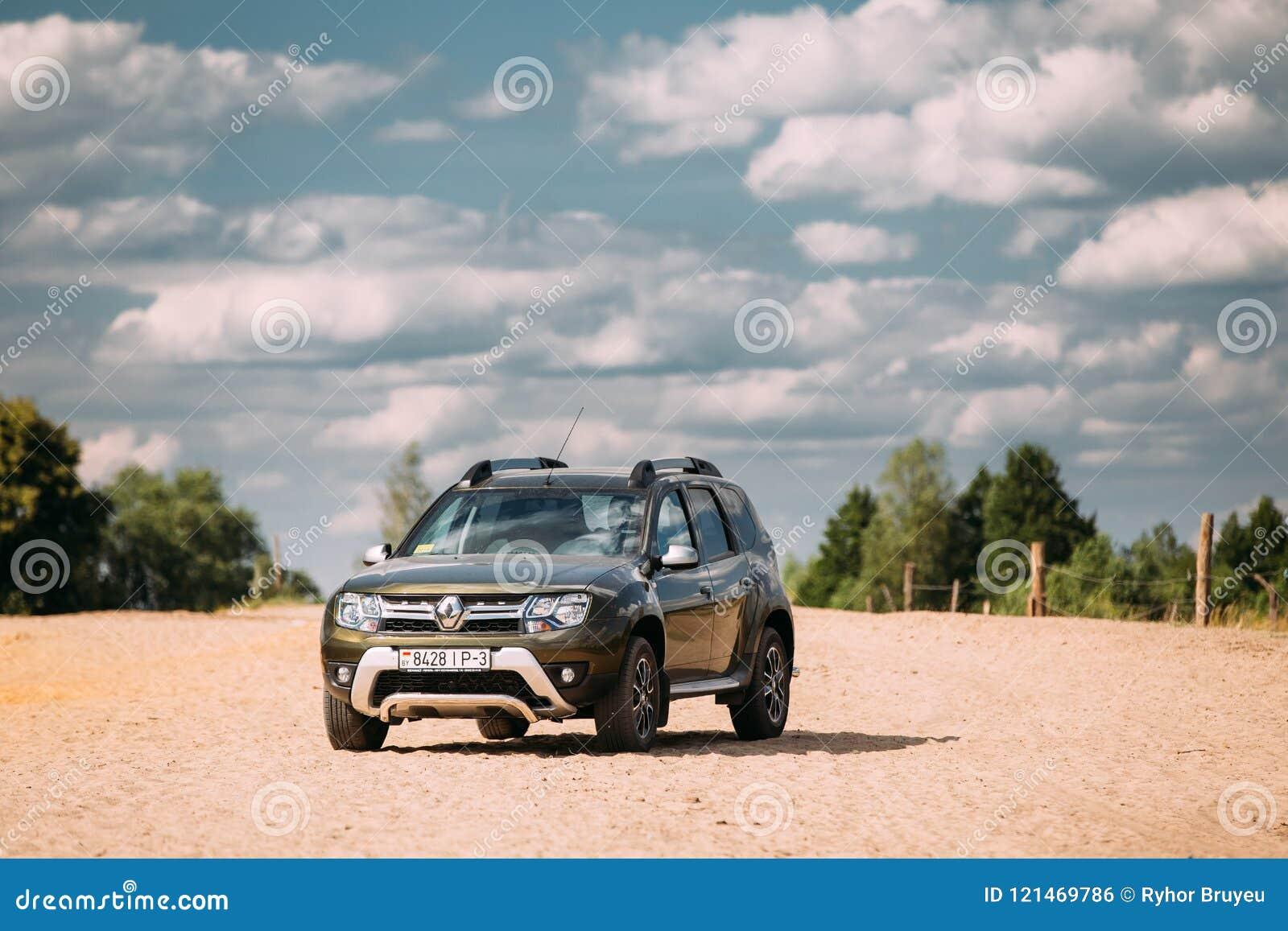 雷诺喷粉器或达基亚喷粉器SUV在乡下风景 喷粉器