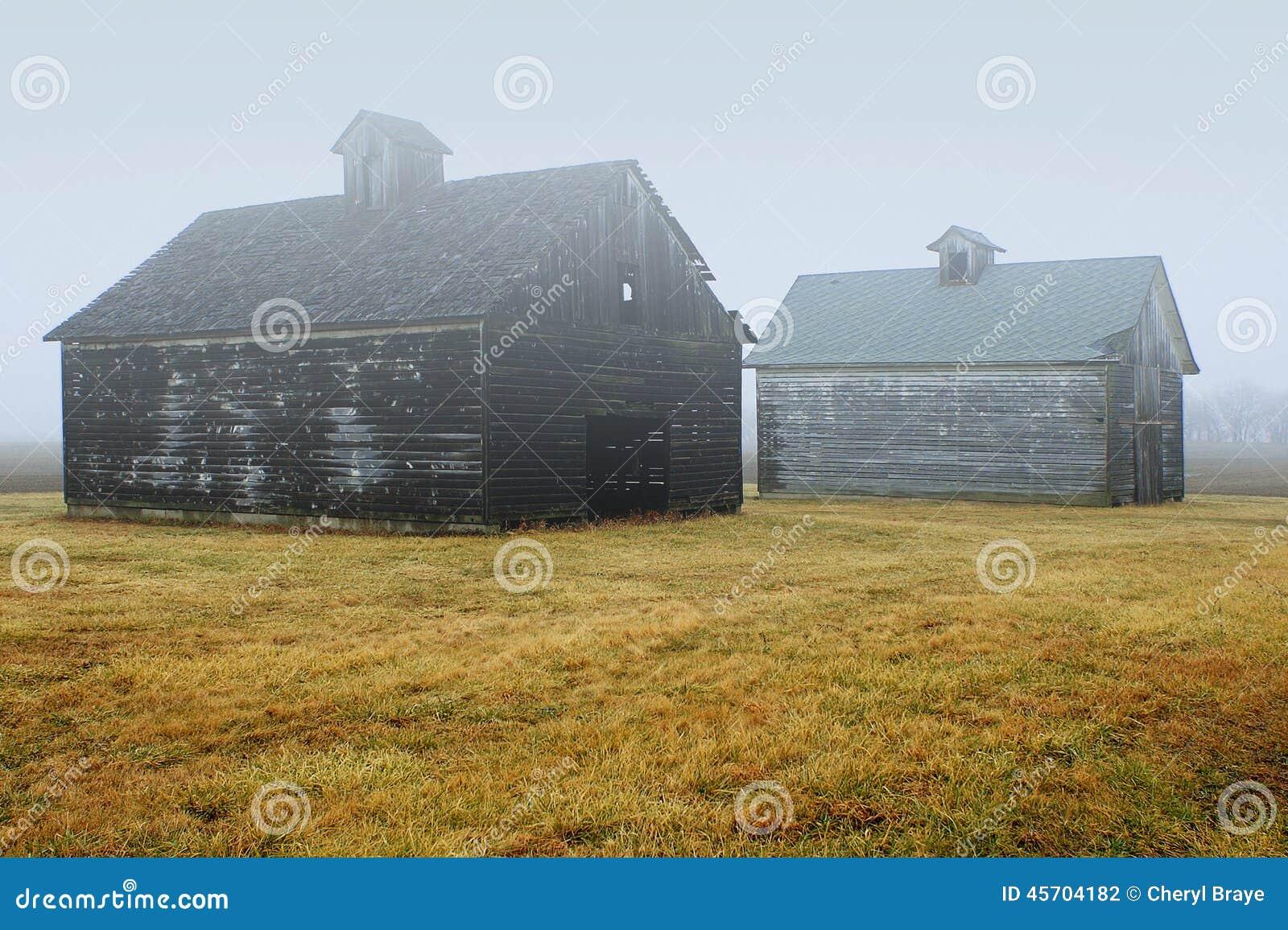 雾的两个谷仓