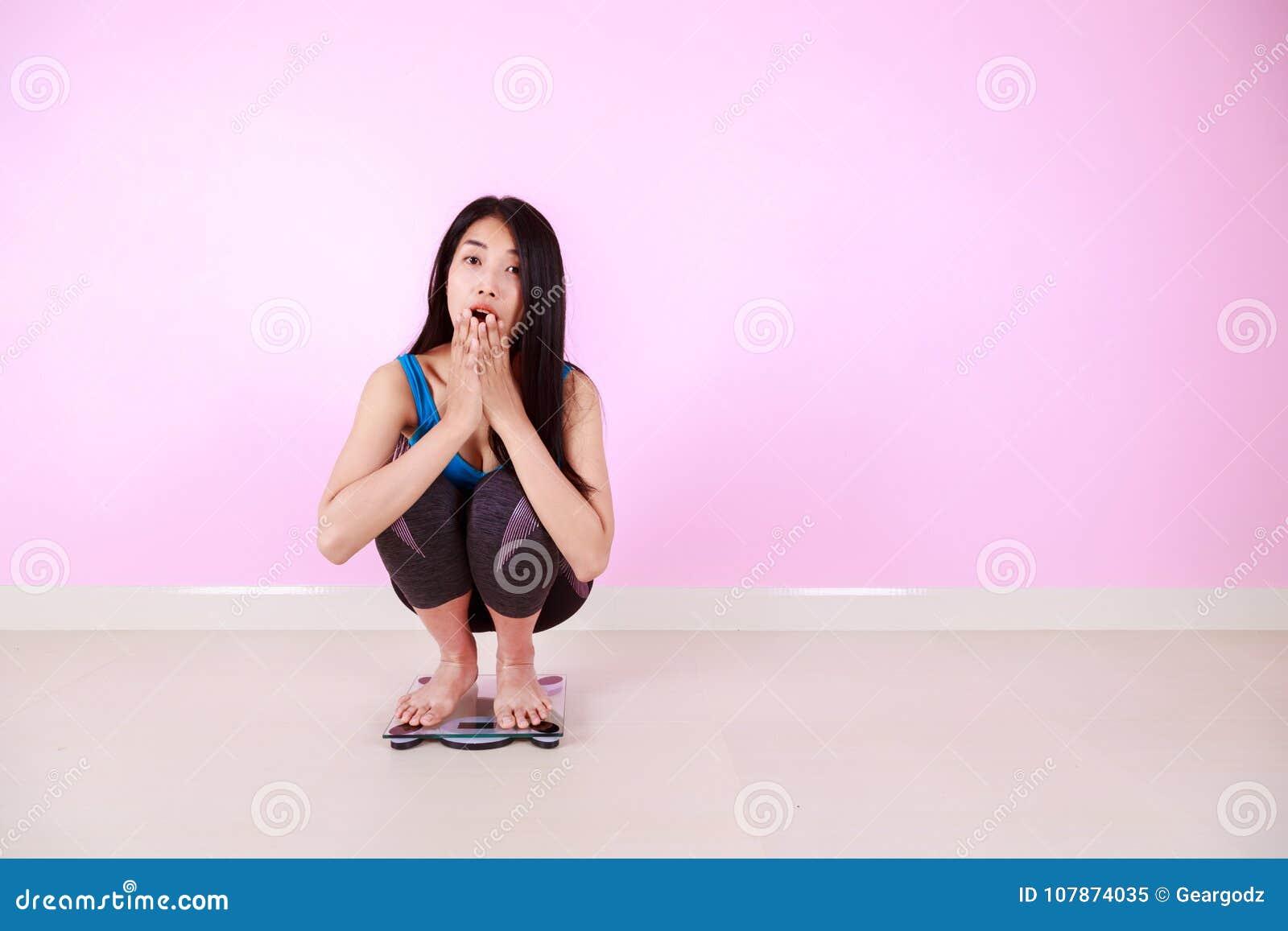 震惊妇女坐重量等级