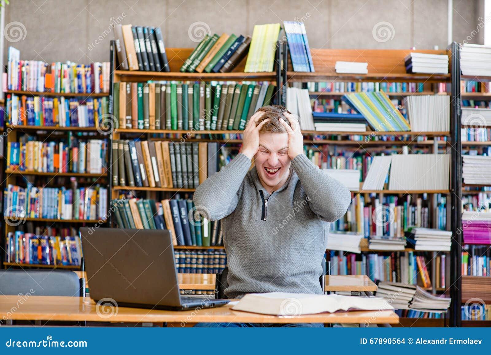 震惊男学生在大学图书馆里