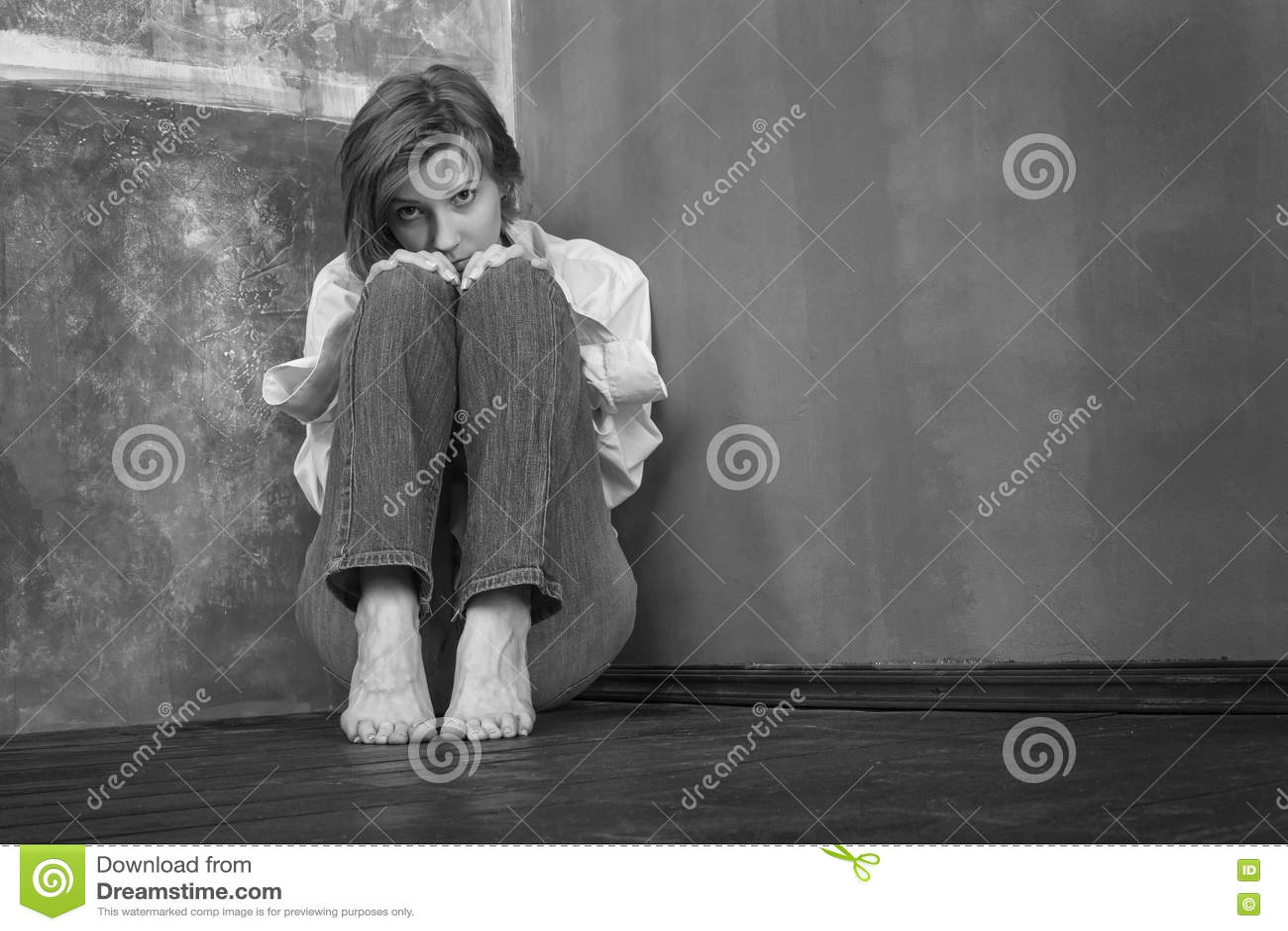 震惊的妇女,坐地板