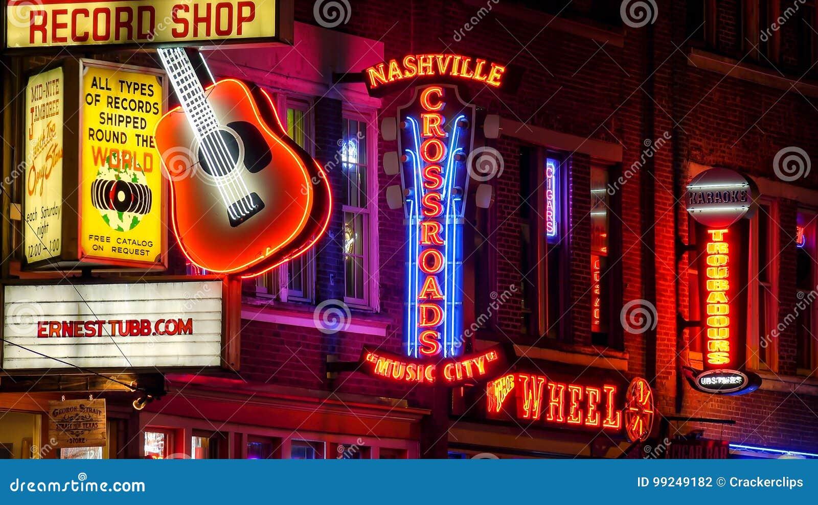 霓虹灯广告在百老汇大街的晚上在纳稀威,田纳西